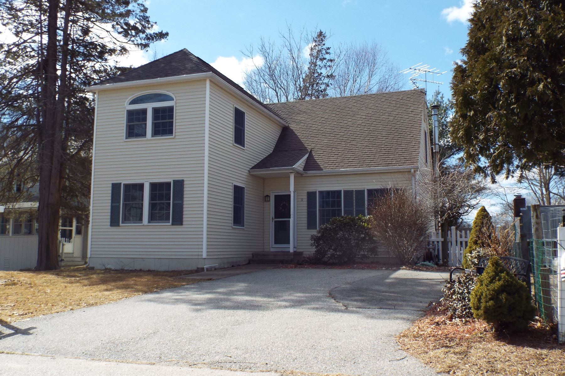 Single Family Homes for Active at 11 Grove Avenue East Lyme, Connecticut 06357 United States
