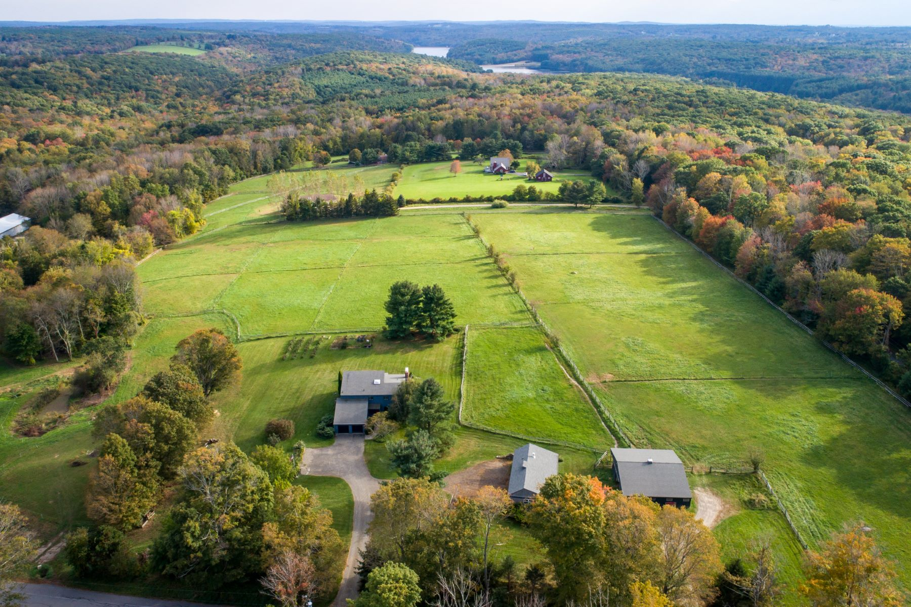 Maison unifamiliale pour l Vente à Contemporary w/20 Open Acres For Horses 12 Richards Road Litchfield, Connecticut 06759 États-Unis