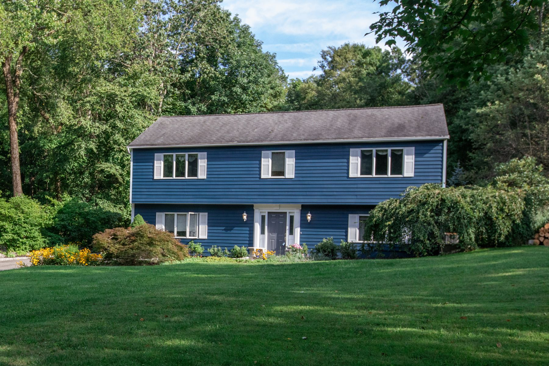 Single Family Homes pour l Vente à Ideal For Expanded Family Or Business Needs 30 Whippoorwill Road Bethel, Connecticut 06801 États-Unis