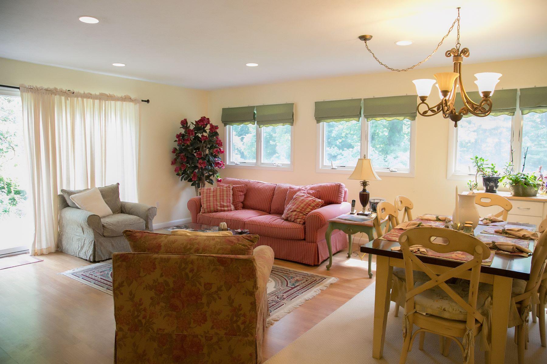 Casa para uma família para Venda às A Hidden Gem 111 Long Ridge Road Danbury, Connecticut, 06810 Estados Unidos