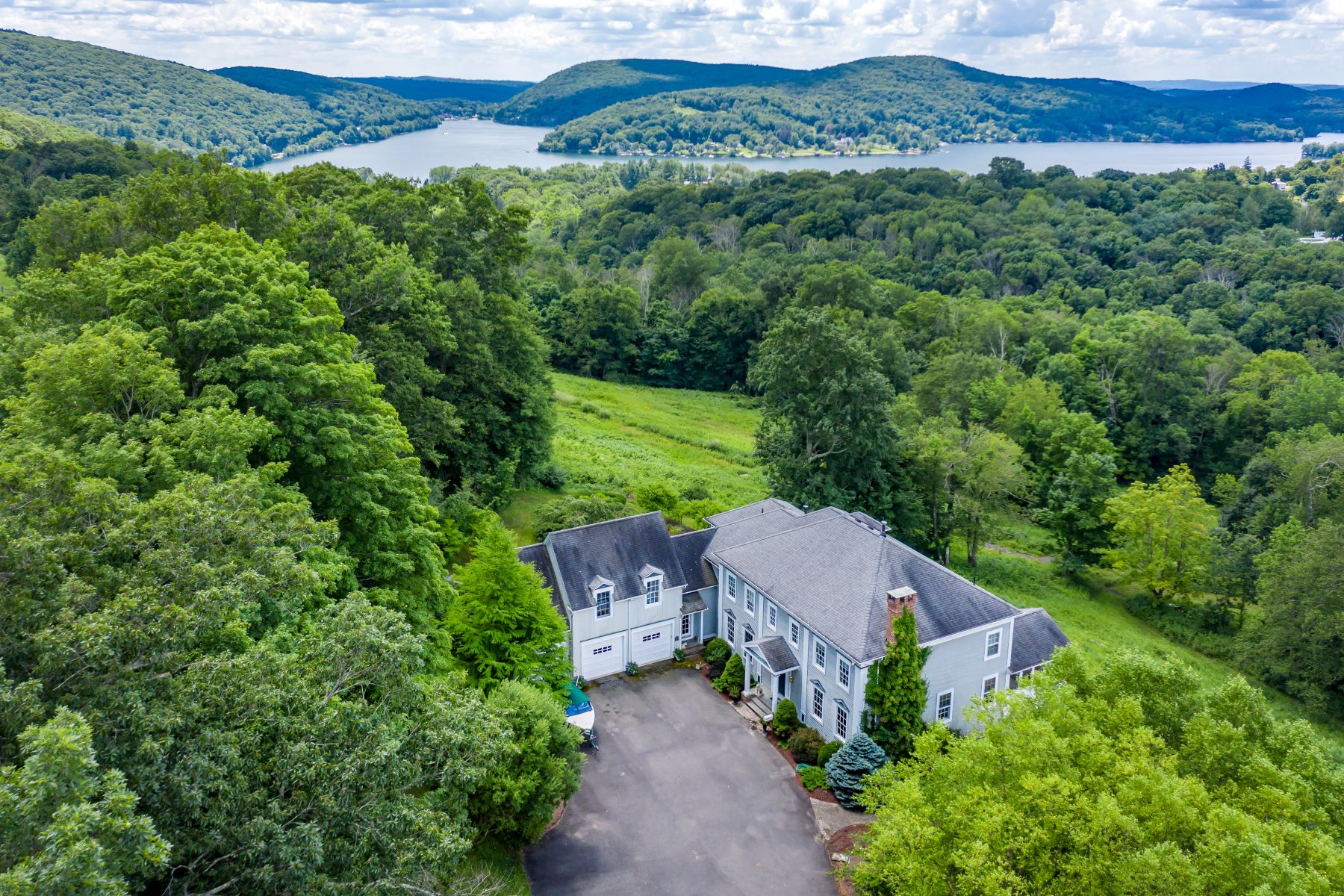 Single Family Homes per Vendita alle ore Vast Lake Waramaug Views 293 Lake Road Warren, Connecticut 06777 Stati Uniti