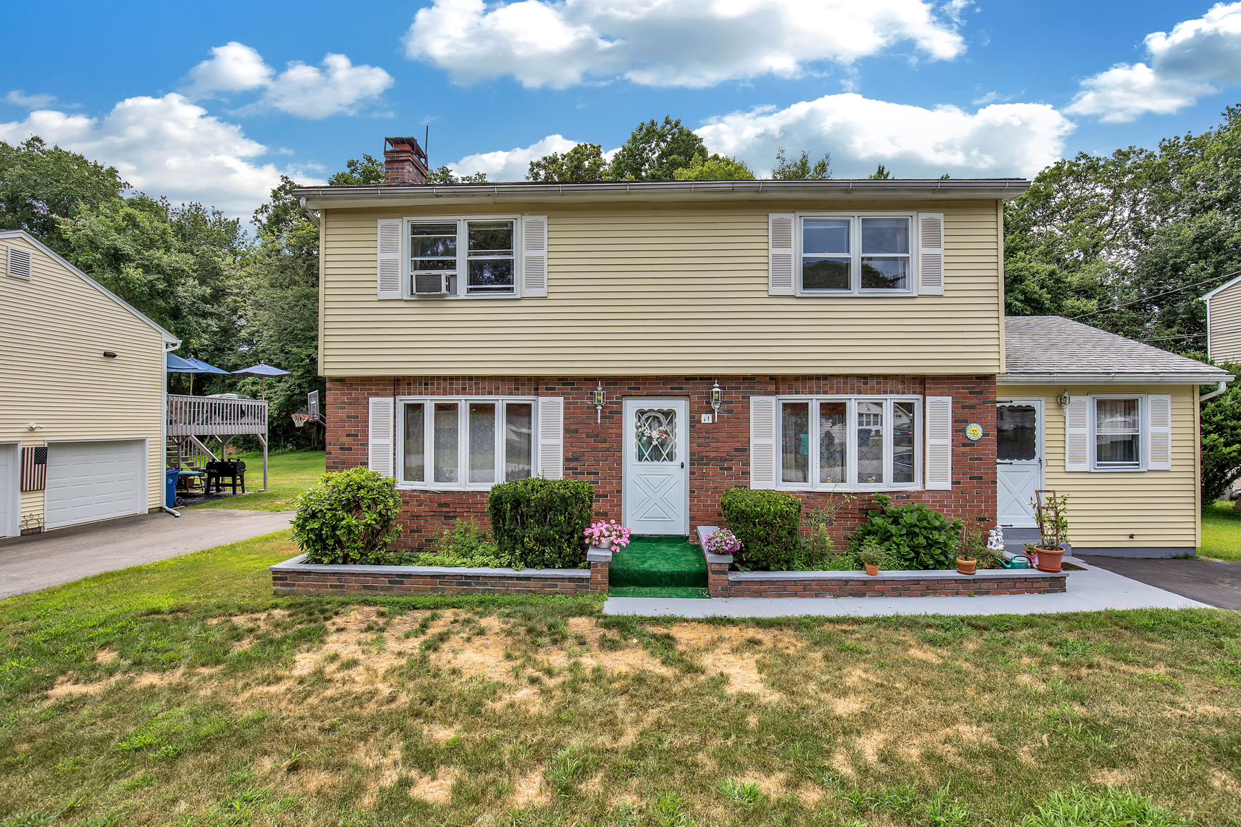 Single Family Homes для того Продажа на Stroll to White Sandy Beach Year-Round! 11 Prospect Street, Old Lyme, Коннектикут 06371 Соединенные Штаты