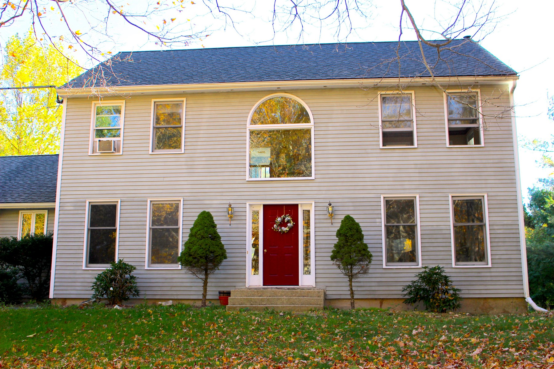 Casa Unifamiliar por un Venta en Custom Center Hall Colonial 421 Old Colchester Rd Hebron, Connecticut, 06231 Estados Unidos