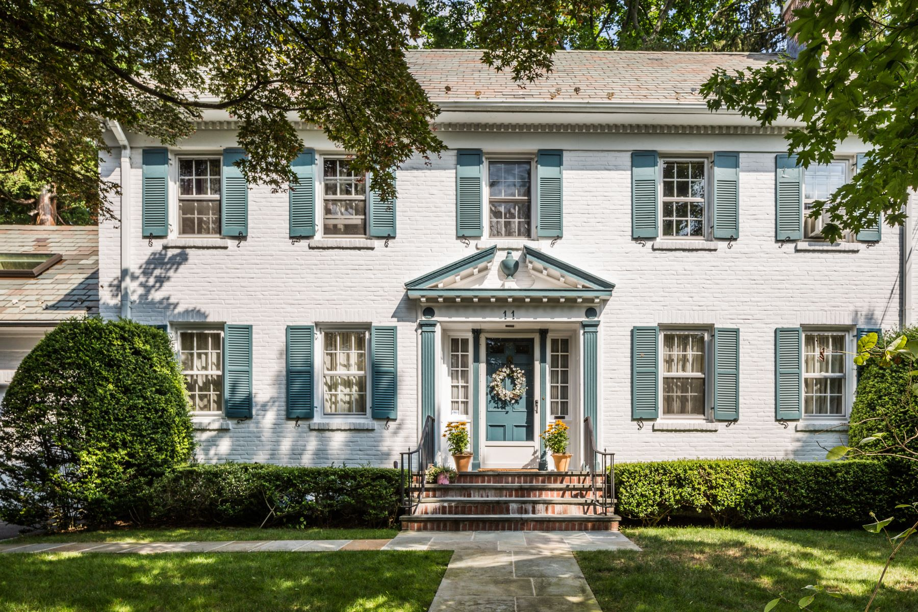 واحد منزل الأسرة للـ Sale في Classic Colonial With Wonderful Details 11 Colonial Road, Bronxville, New York, 10708 United States
