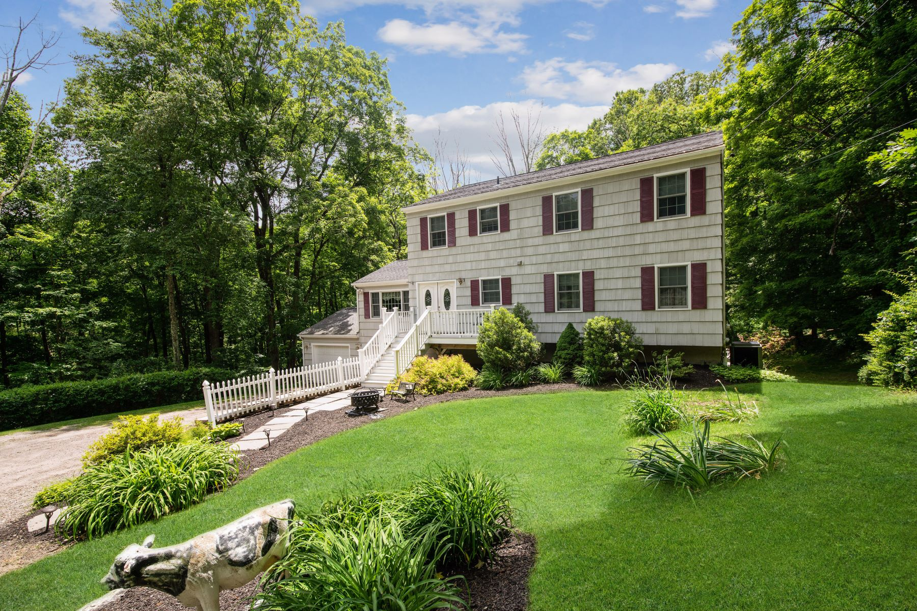 Single Family Homes pour l Vente à Private Woodland Setting 101 Head Of Meadow Road Newtown, Connecticut 06470 États-Unis