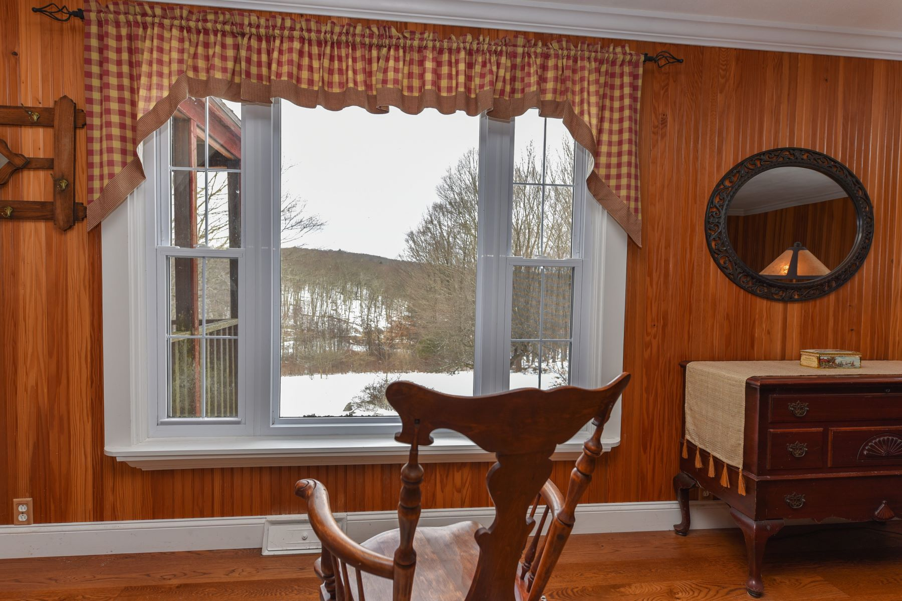 Single Family Homes per Vendita alle ore Cute Cottage on Quiet Country Road 85 Hardscrabble Road Warren, Connecticut 06754 Stati Uniti