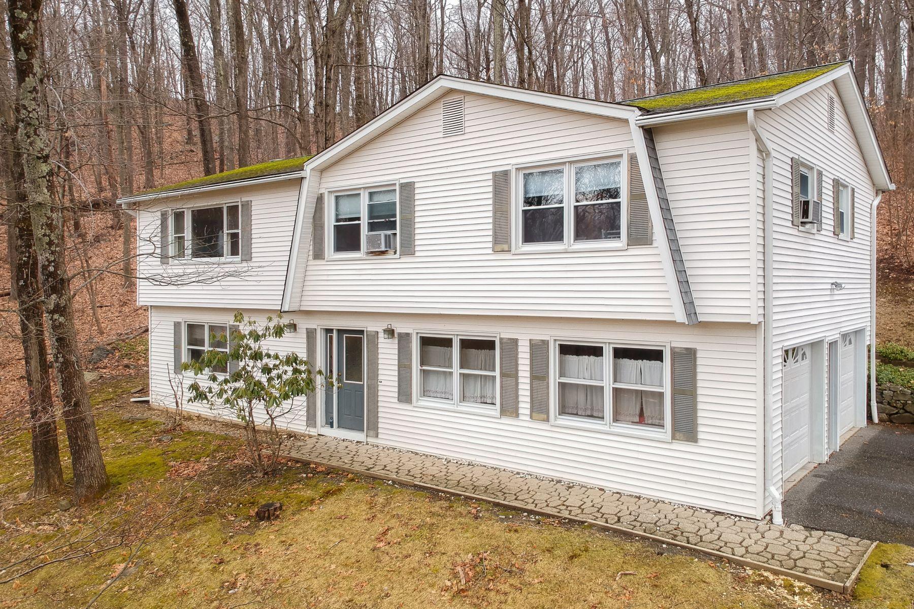 Single Family Homes para Venda às Updated Spacious Home 4 Pamela Dr, Danbury, Connecticut 06811 Estados Unidos
