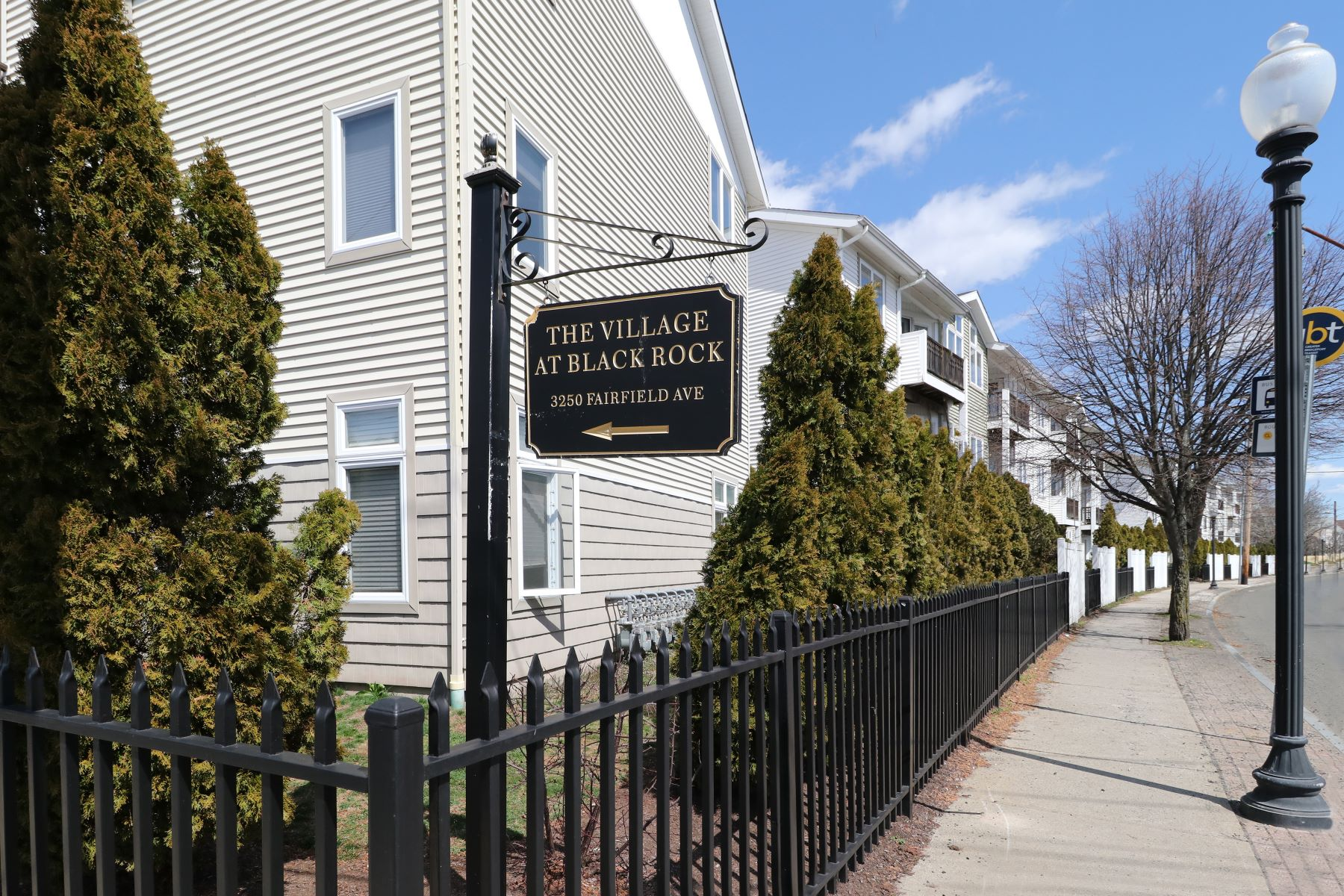 Condomínio para Venda às Spacious & Bright Condo in the Heart of Black Rock 3250 Fairfield Avenue 202 Bridgeport, Connecticut 06605 Estados Unidos