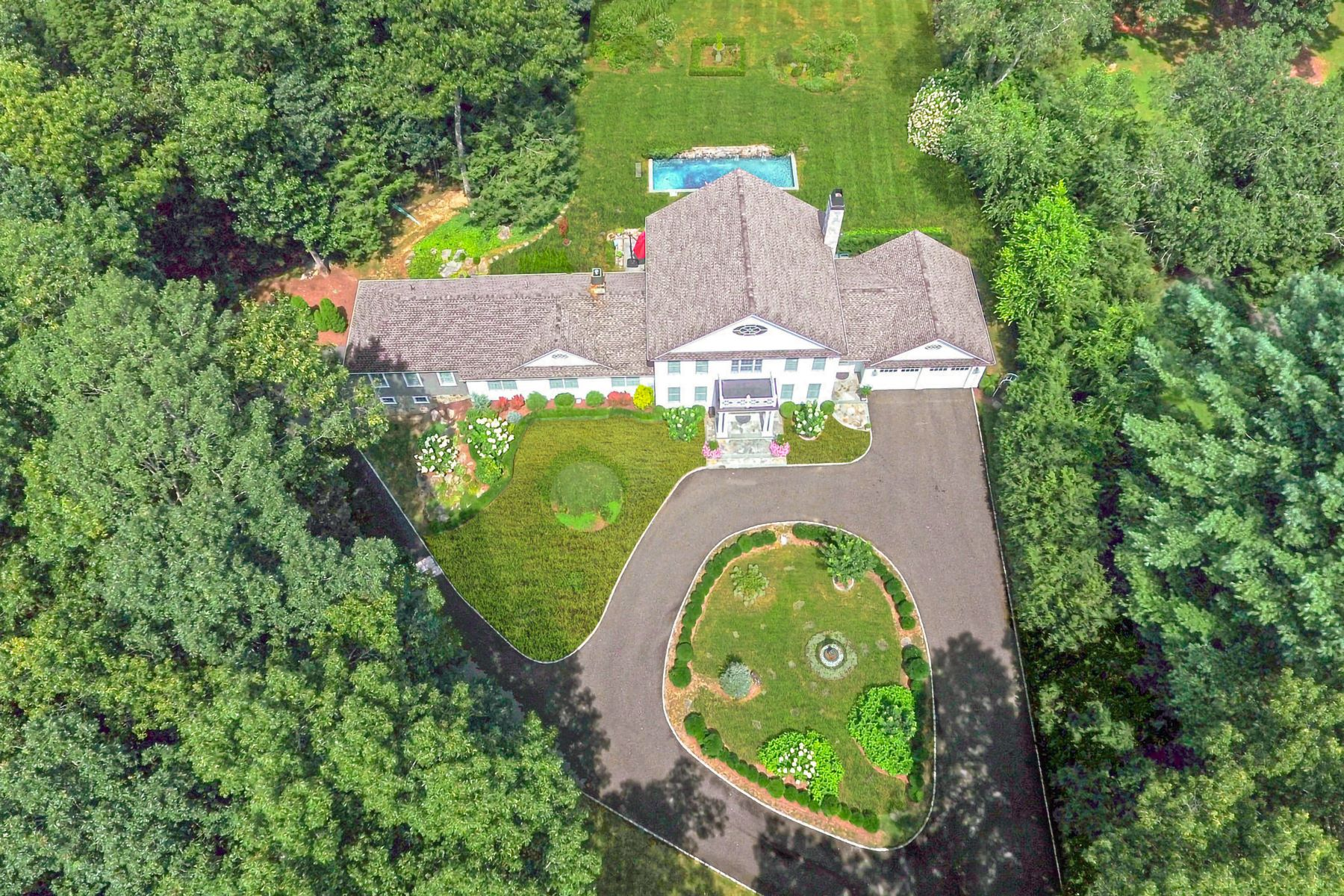 Single Family Homes 为 销售 在 Elegant Colonial in Private Setting 18 Minor Bridge Road, 罗克斯伯里, 康涅狄格州 06783 美国