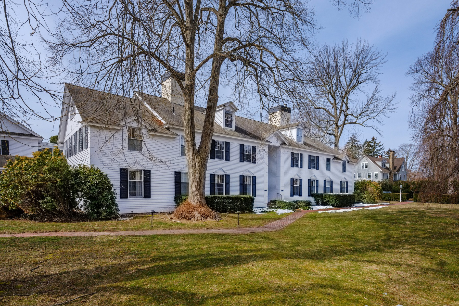 Condominio por un Venta en Sun-Filled Unit At Lyme Regis in Village of Old Lyme 14 Ferry Road B2 Old Lyme, Connecticut 06371 Estados Unidos