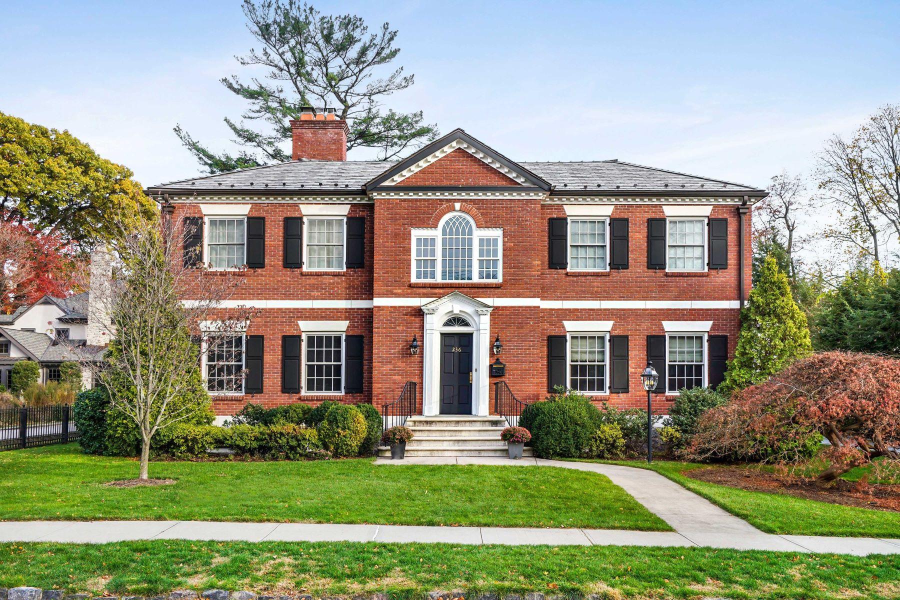 Einfamilienhaus für Verkauf beim Classic Georgian Colonial 236 Corona Avenue Pelham, New York, 10803 Vereinigte Staaten