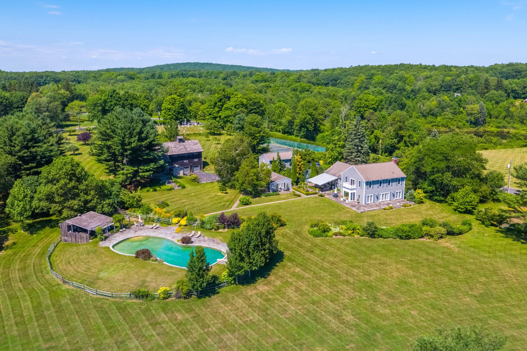 Single Family Homes pour l Vente à Historic Farm with 1800s Barn & Panoramic Views 3 Westwoods Road Kent, Connecticut 06757 États-Unis