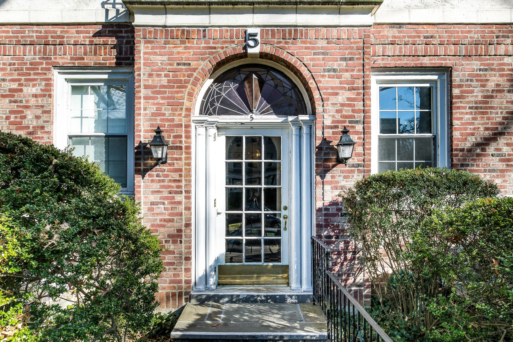 Co-op Properties for Sale at Prestigious and sought after Brooklands! 5 Brooklands, 3L Bronxville, New York 10708 United States
