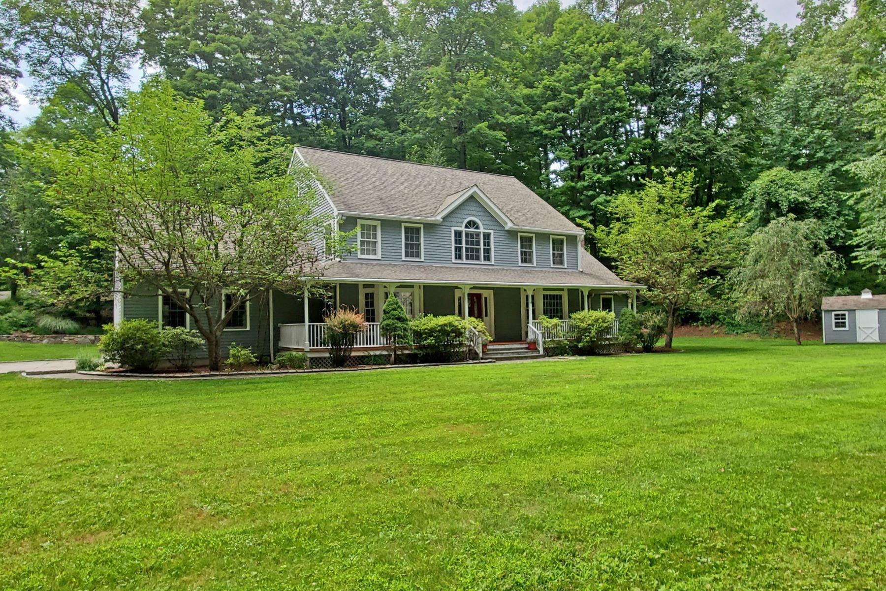 Single Family Homes för Försäljning vid Welcoming Colonial Farmhouse 26 Linden Road, Ridgefield, Connecticut 06877 Förenta staterna