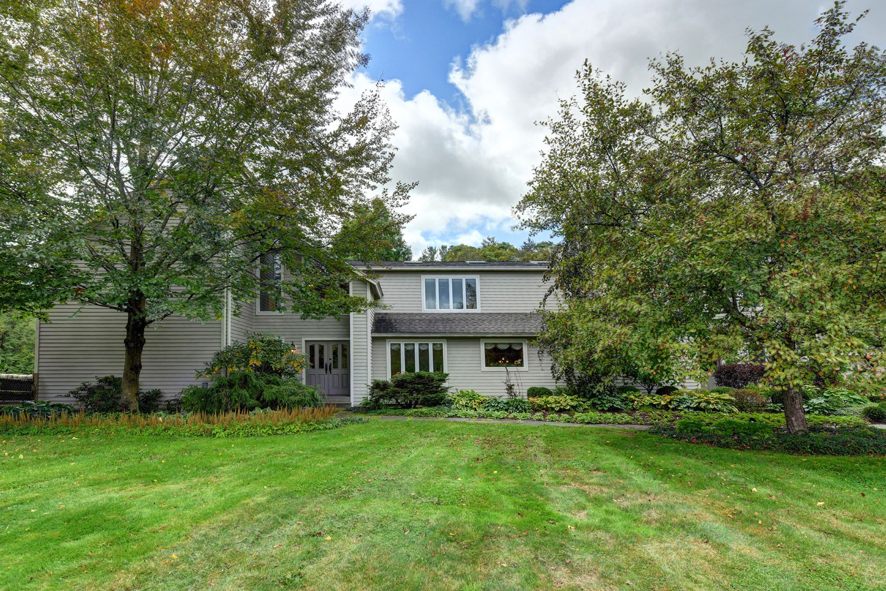 Single Family Homes 용 매매 에 Elegant Retreat in the Heart of the Berkshires with Pool and Attached Profession 280 Division St, Great Barrington, 매사추세츠 01230 미국