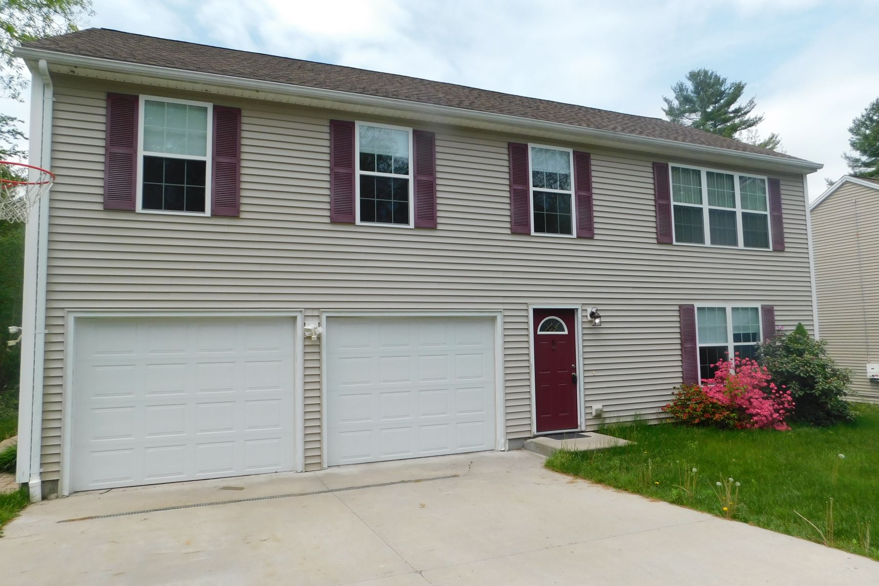 Single Family Homes for Sale at Elegant East End Hi-Ranch 5 Arbor Ridge Rd Torrington, Connecticut 06790 United States