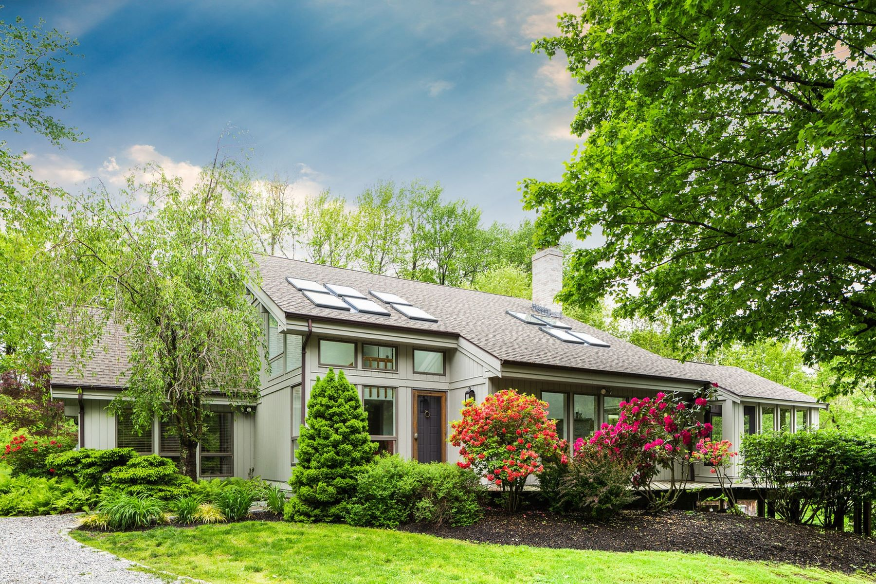 واحد منزل الأسرة للـ Sale في Updated, passive solar, contemporary 243 Chestnut Hill Road, Litchfield, Connecticut, 06759 United States