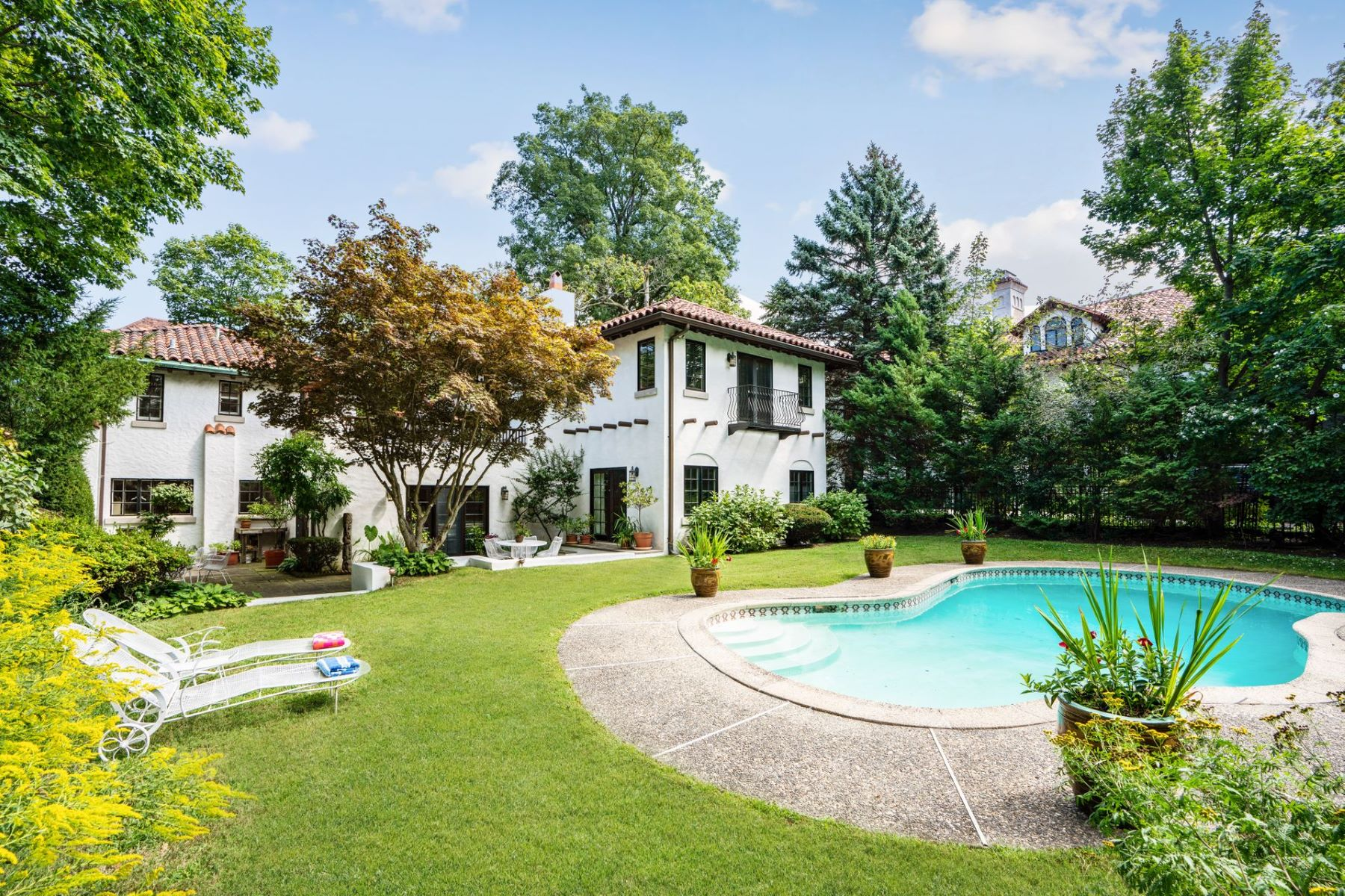 Single Family Homes for Active at 31 Magnolia Avenue Larchmont, New York 10538 United States