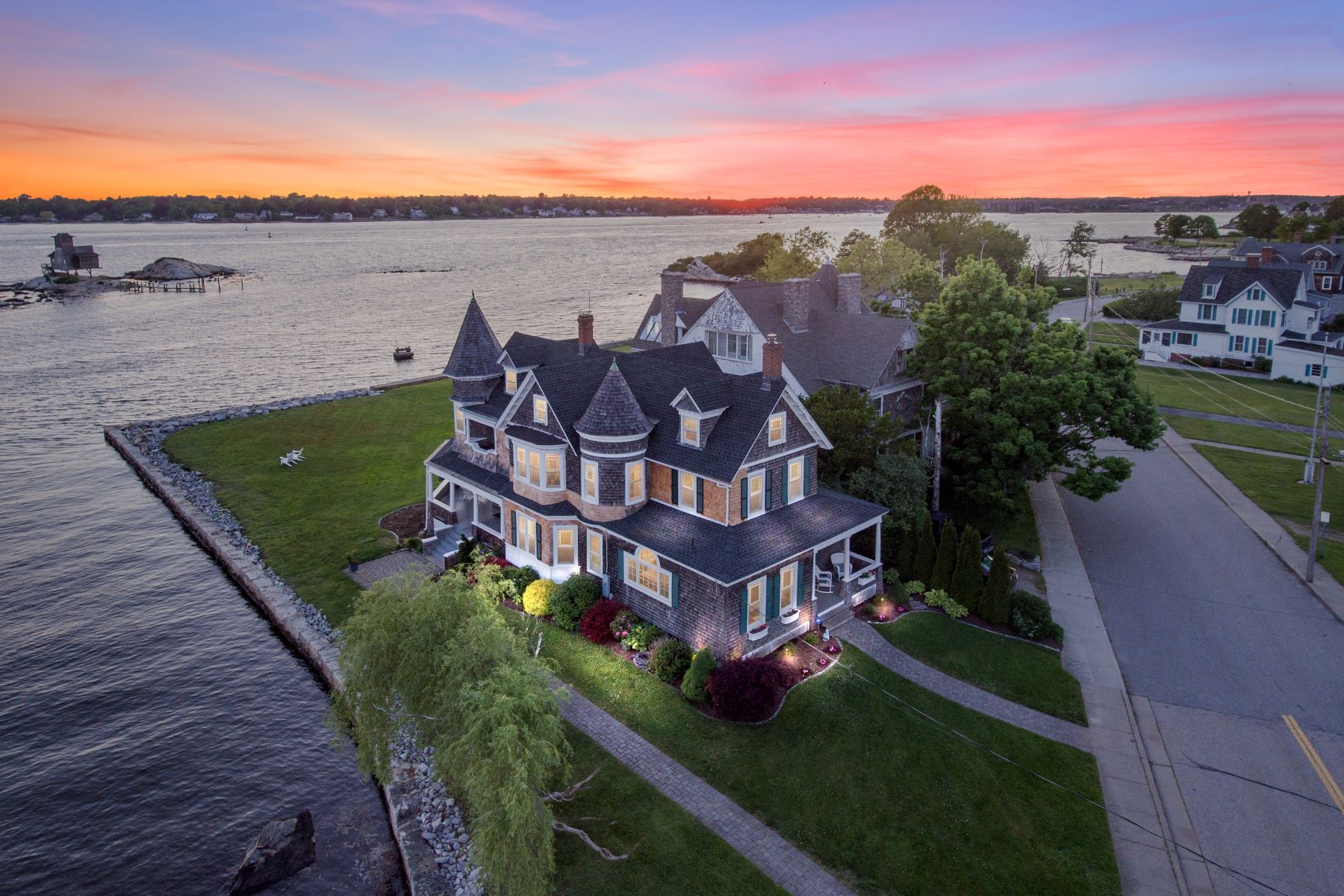 Single Family Homes للـ Sale في An Eastern Point Gem! 213 Shore Avenue, Groton, Connecticut 06340 United States
