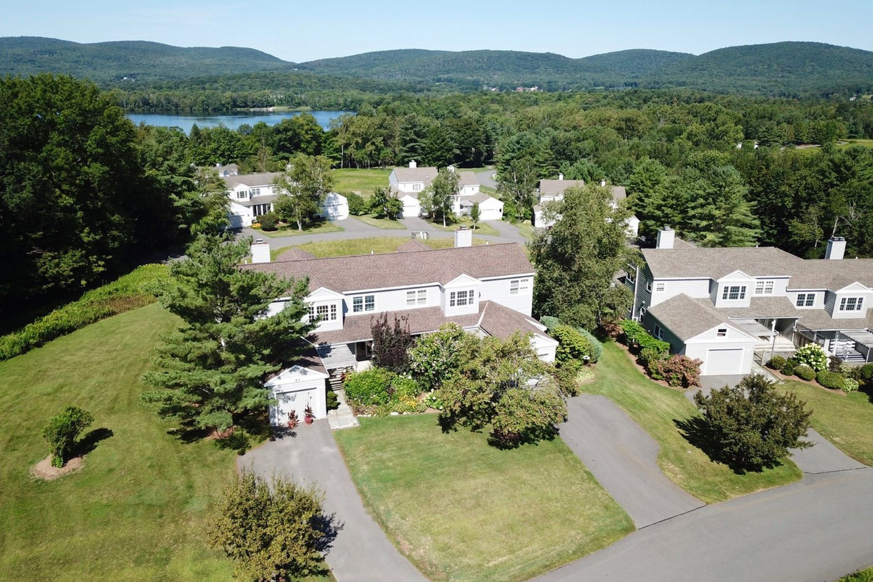 Condominiums pour l Vente à Waterfront Community in the Much Sought After Berkshires 1136 Barker Rd 14 Pittsfield, Massachusetts 01201 États-Unis