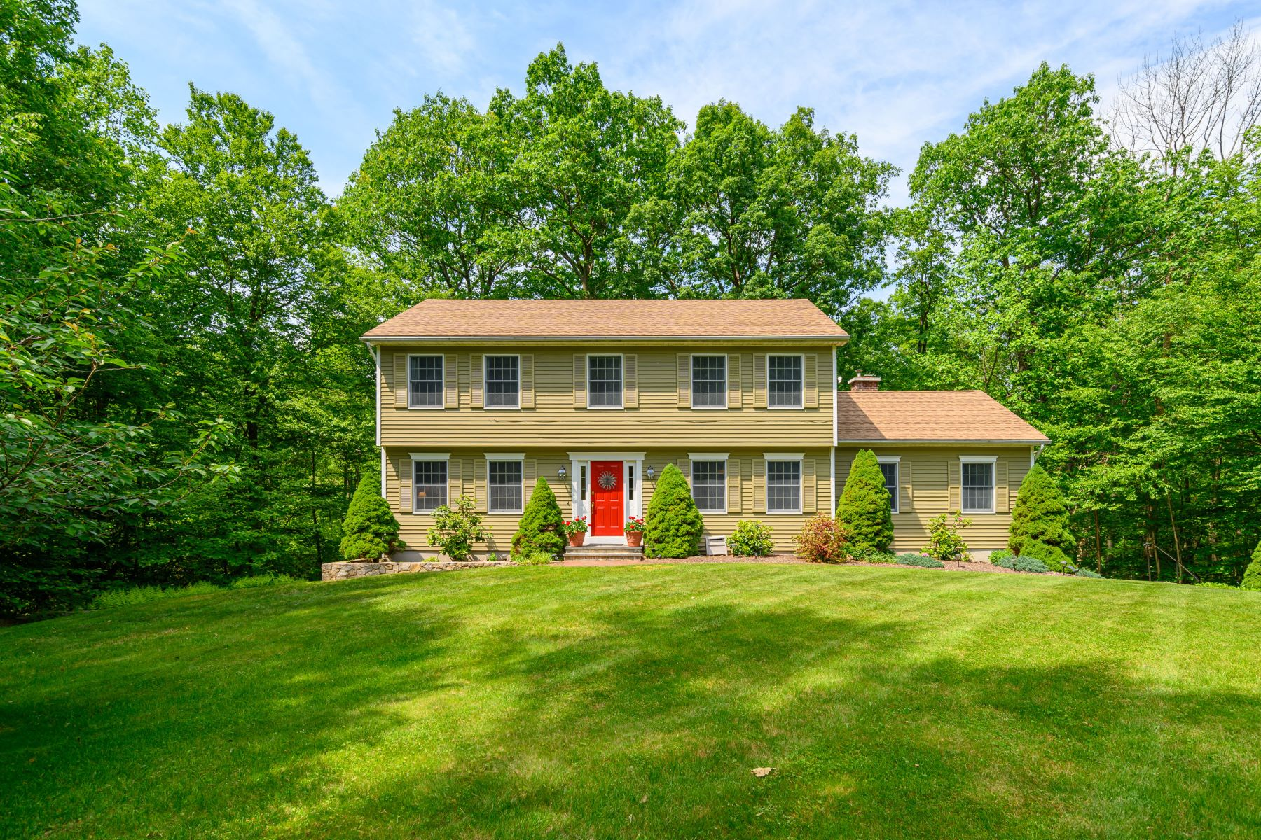 Single Family Homes للـ Sale في Updates Throughout 4 Alexandra Dr, New Fairfield, Connecticut 06812 United States
