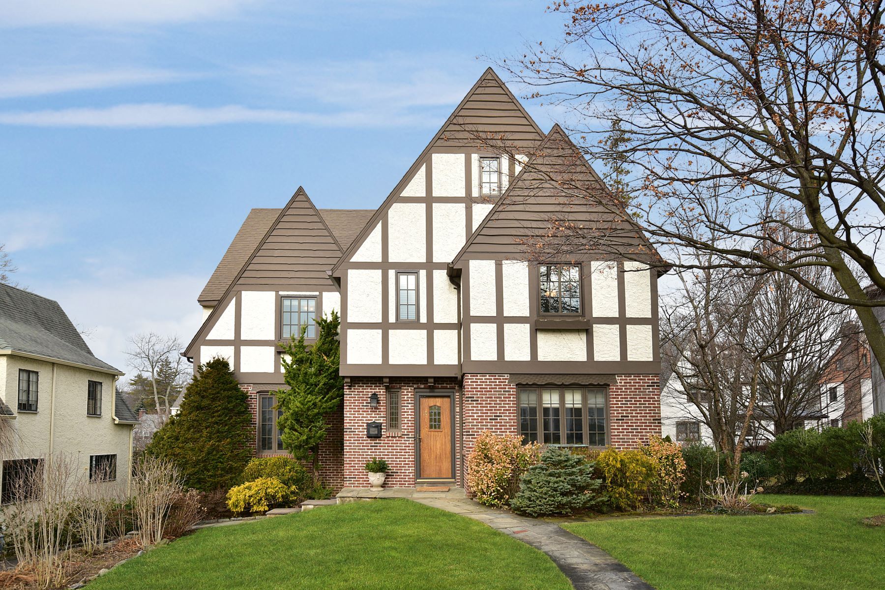 Single Family Home for Sale at Welcoming Home in Prime Location 10 Byron Lane, Larchmont, New York, 10538 United States