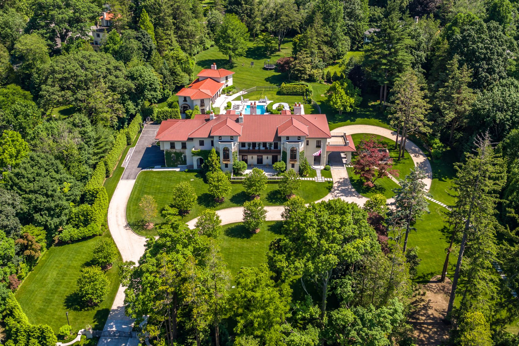 Single Family Homes 為 出售 在 Private Gated Estate on Meticulous Park Like Grounds 4 Heathcote Road, Scarsdale, 纽约 10583 美國
