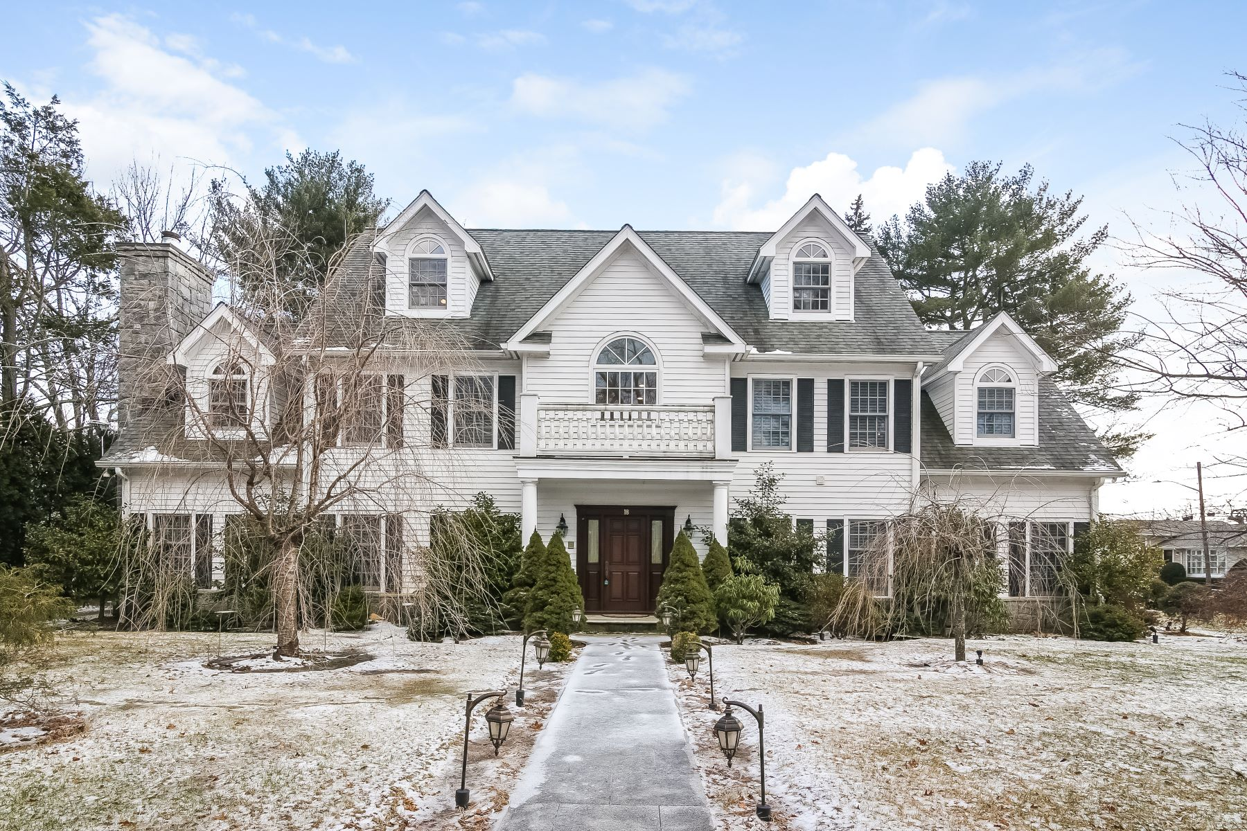واحد منزل الأسرة للـ Sale في Finely Crafted and Chic White Plains Colonial 18 Sammis Lane, White Plains, New York, 10605 United States