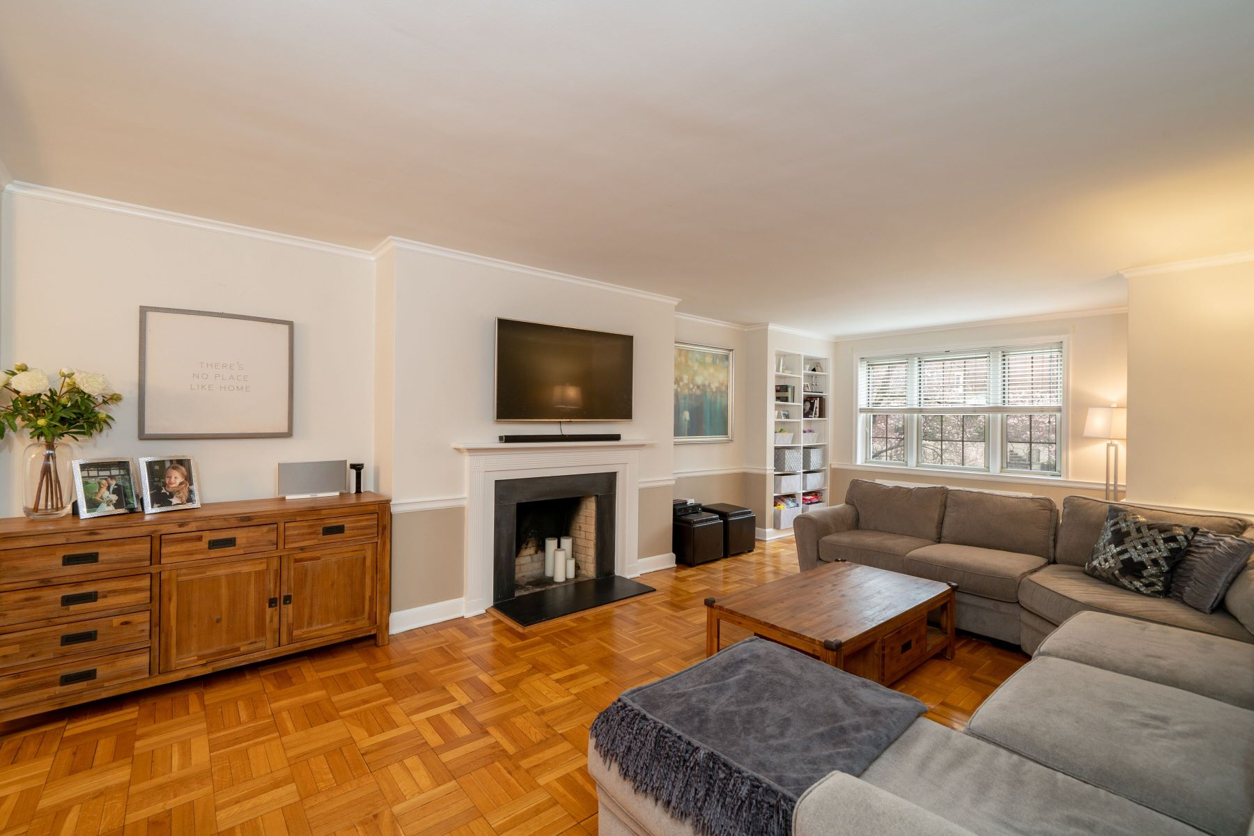 合作公寓 为 销售 在 The Perfect Urban-Suburban Lifestyle 8 Chateaux Circle 8B 斯卡斯代尔, 纽约 10583 美国
