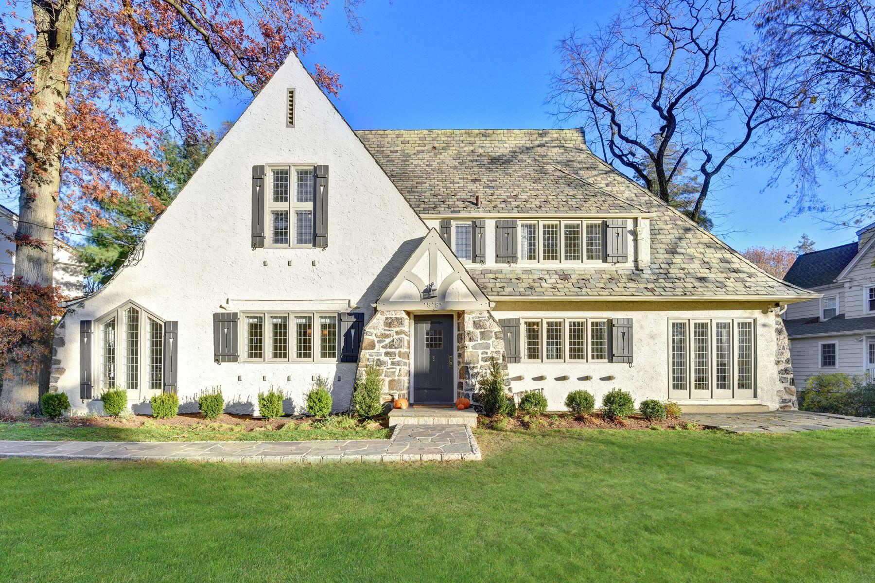Частный односемейный дом для того Продажа на Modern Sundrenched Tudor 55 Lyncroft Road New Rochelle, Нью-Йорк 10804 Соединенные Штаты
