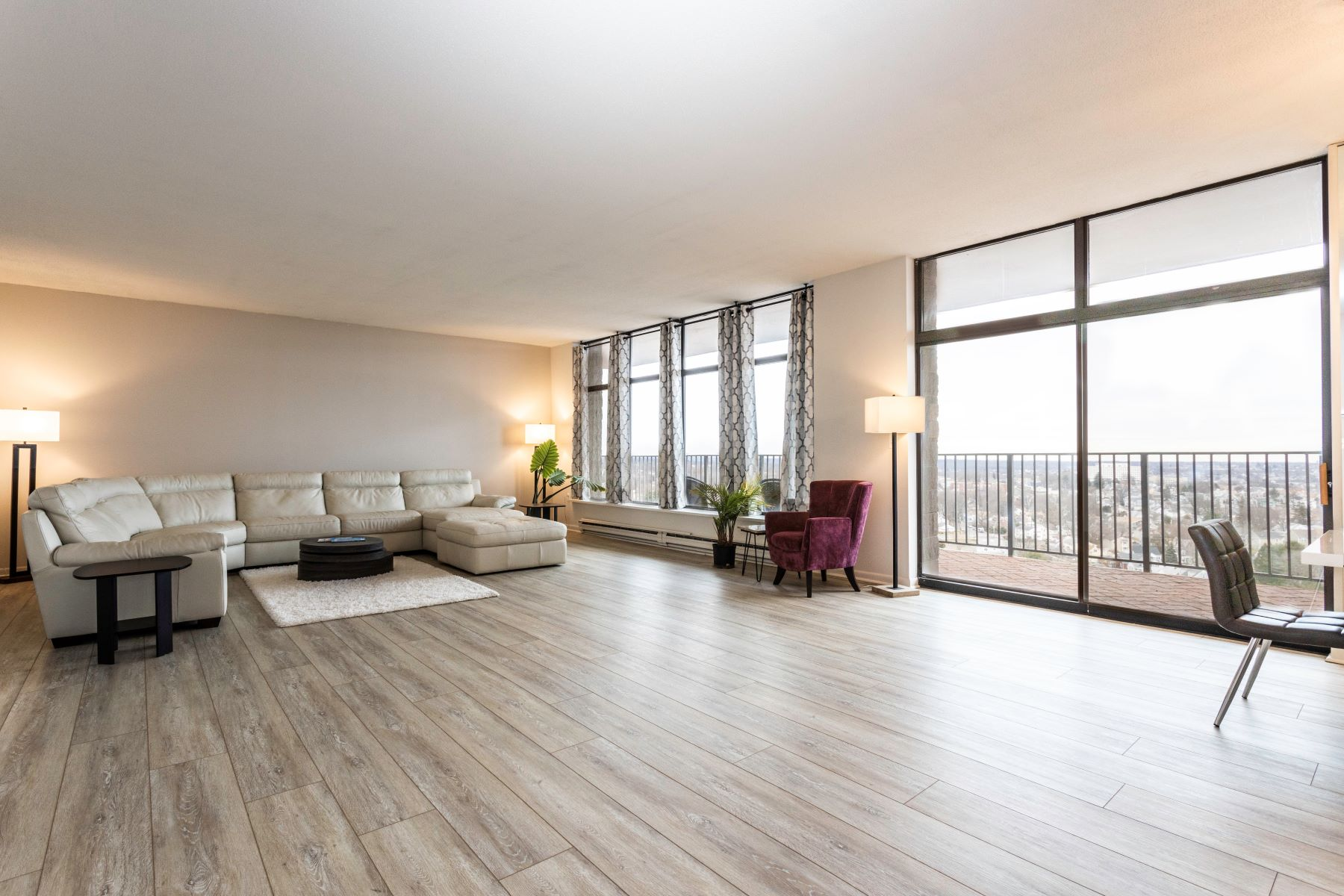 Condominiums for Active at Beautiful, Airy, and Spacious Condo 3200 Park Avenue 11F2 Bridgeport, Connecticut 06604 United States