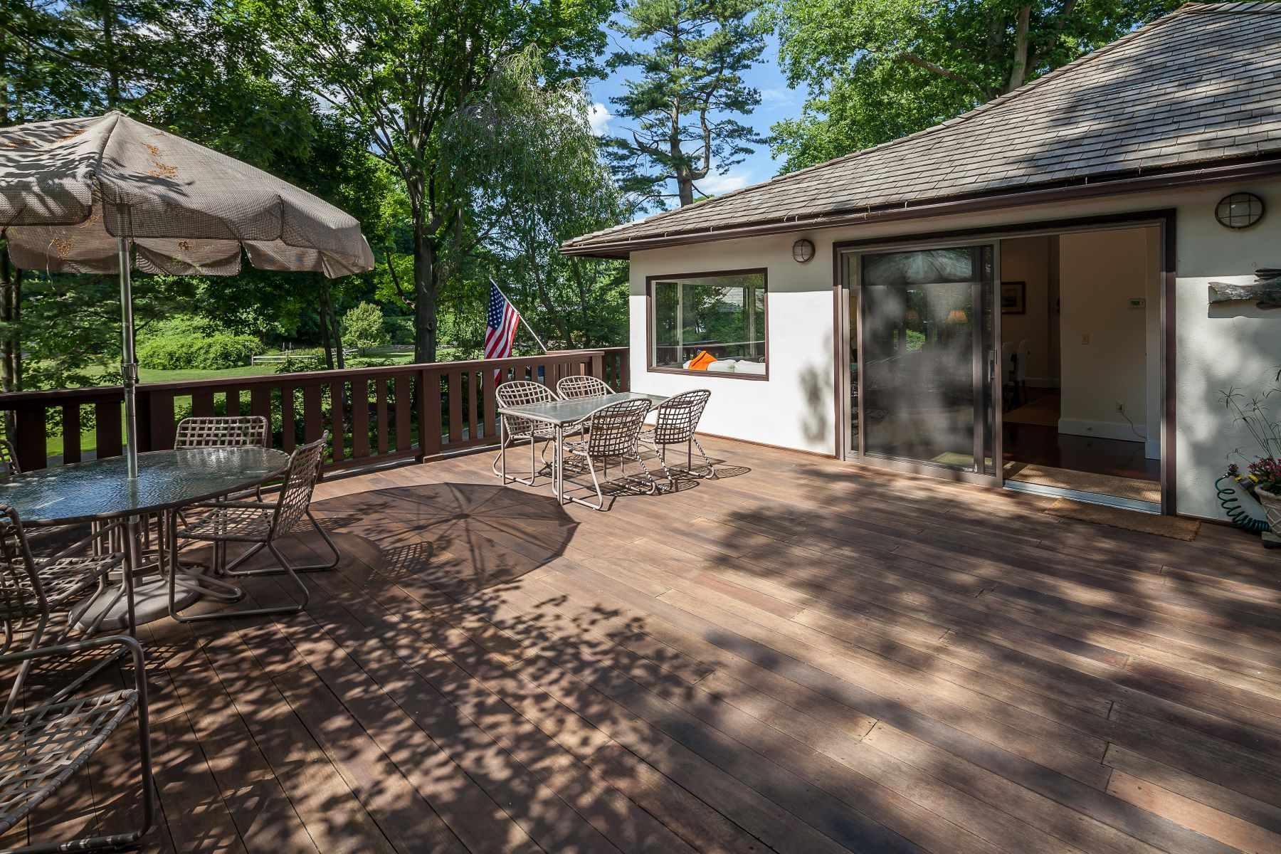 Additional photo for property listing at Fairfield County's Best Kept Secret... 17 Shagbark Road Norwalk, Connecticut 06854 Hoa Kỳ
