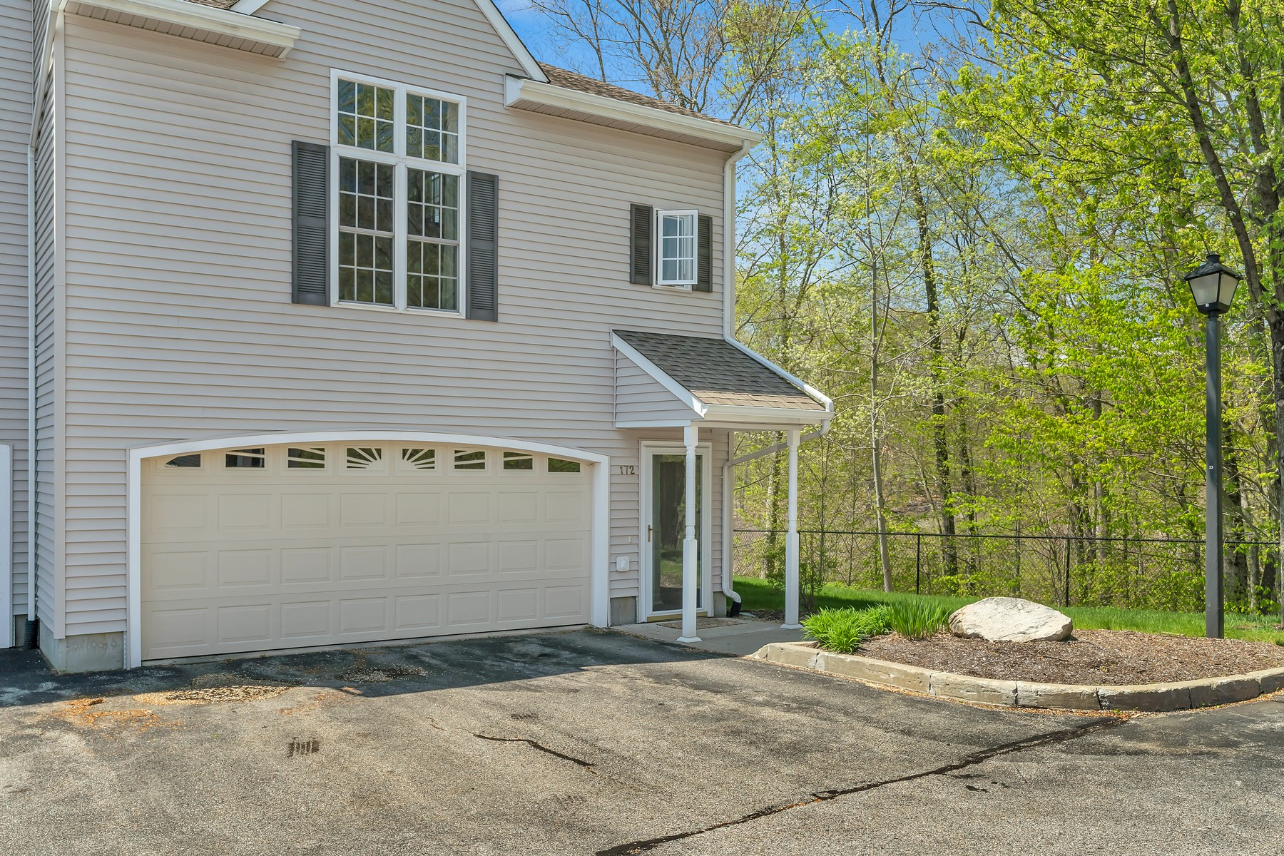 Additional photo for property listing at Wonderful Three Level Quiet End Unit 172 Briar Lane 172, Norwich, Connecticut 06360 Verenigde Staten