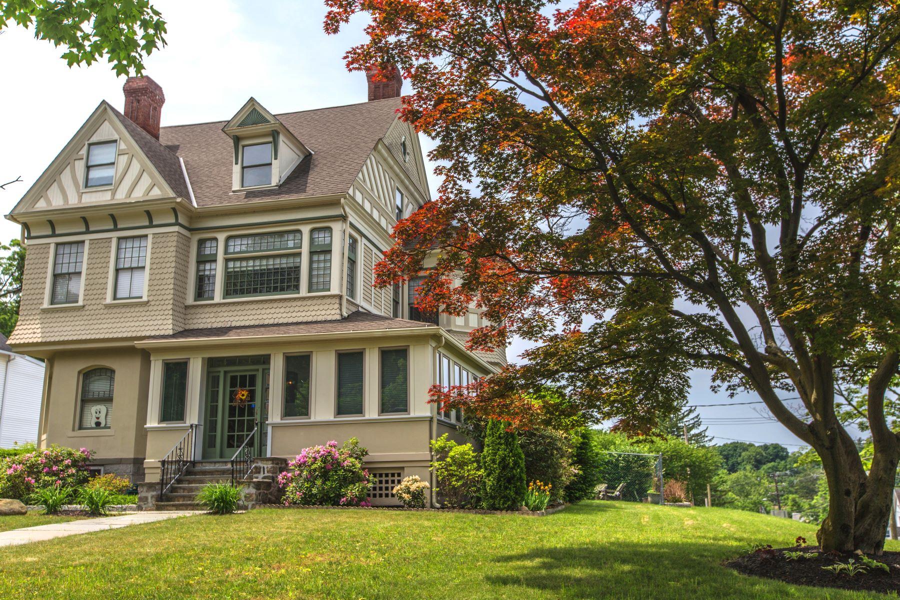 Maison unifamiliale pour l Vente à Vintage Victorian 118 Deer Hill Avenue Danbury, Connecticut 06810 États-Unis