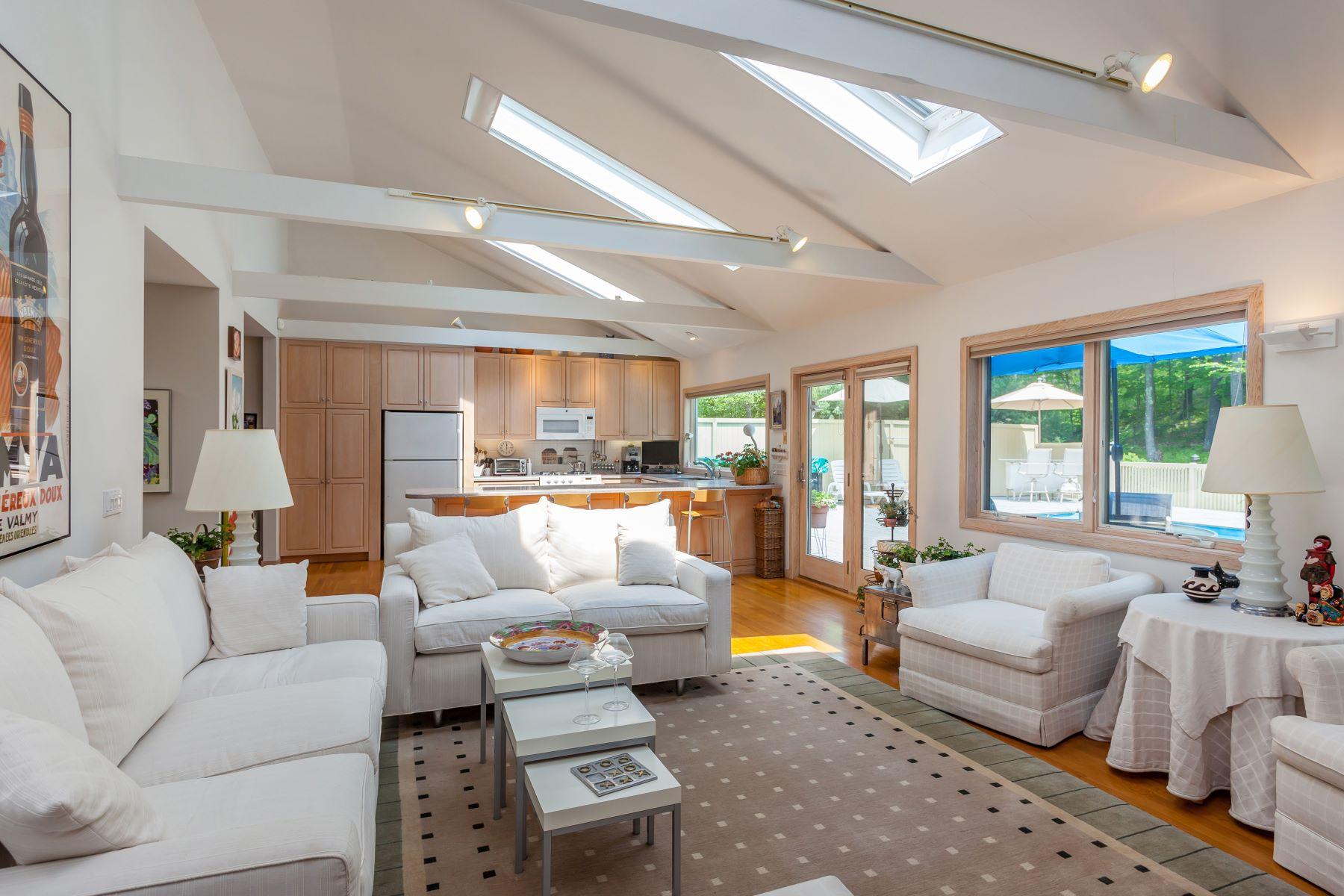Casa Unifamiliar por un Venta en Easy Country Living 6 Sunny Lane Sherman, Connecticut 06784 Estados Unidos