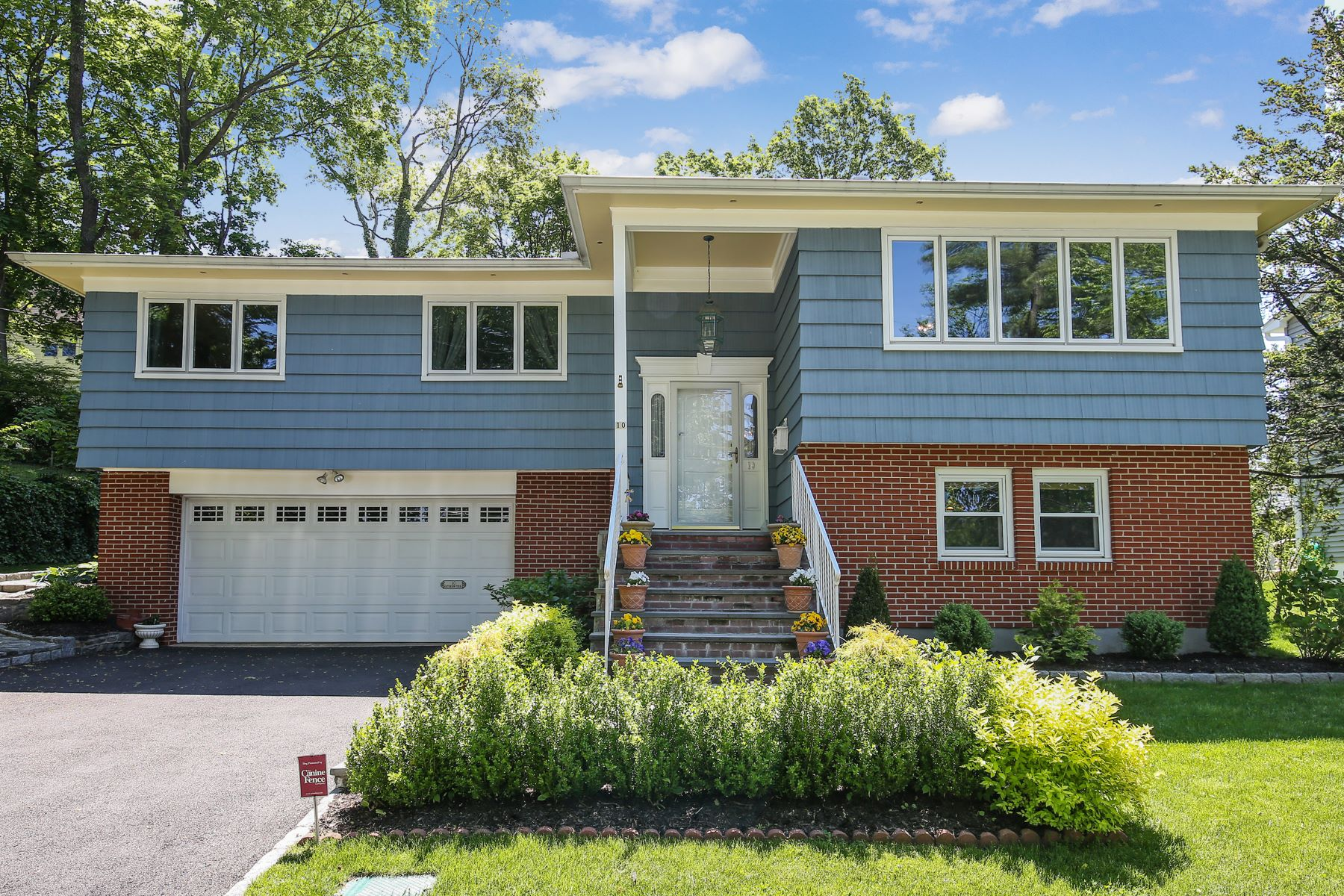 Other Residential Homes 為 出售 在 Immaculately Maintained Home in Convenient Hartsdale Location 10 Caterson Terrace, Hartsdale, 纽约 10530 美國