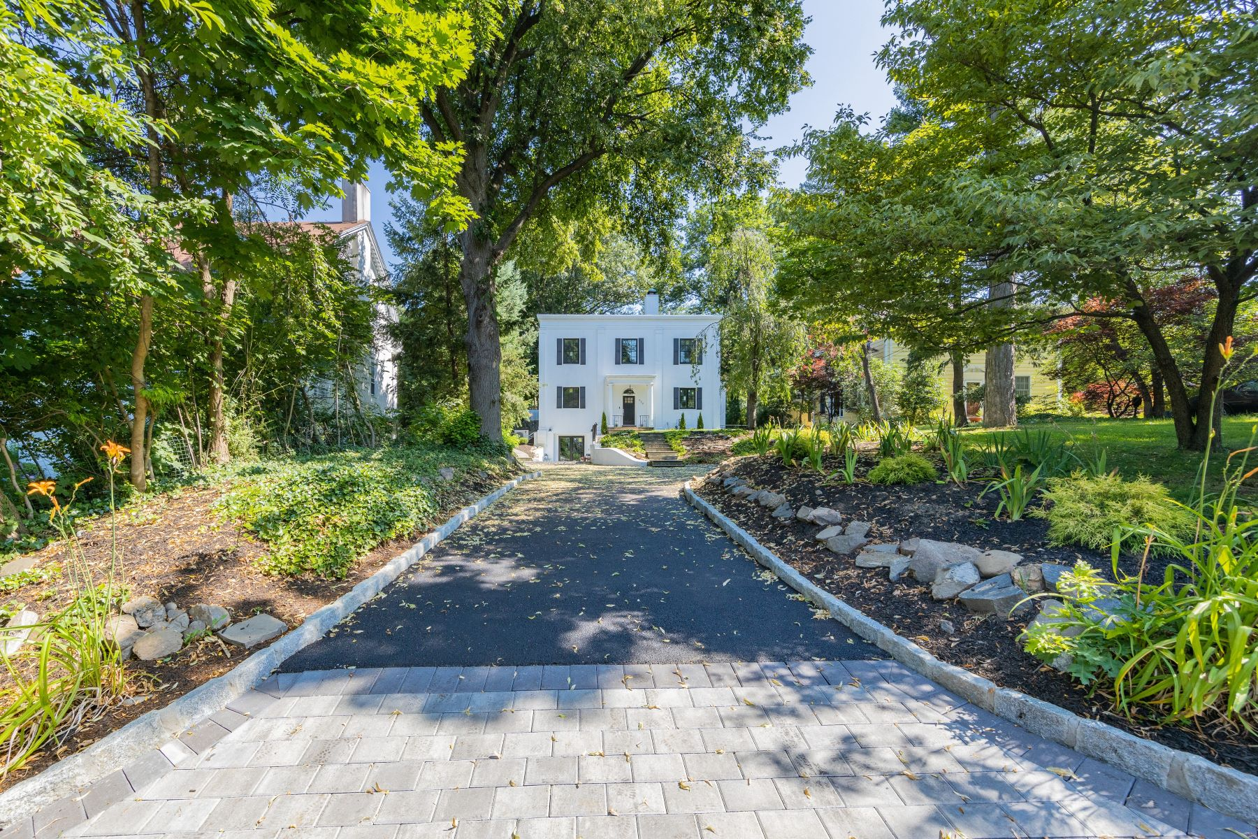 Single Family Homes 為 出售 在 Stunning 639 W 252nd Street, Bronx, 纽约 10471 美國