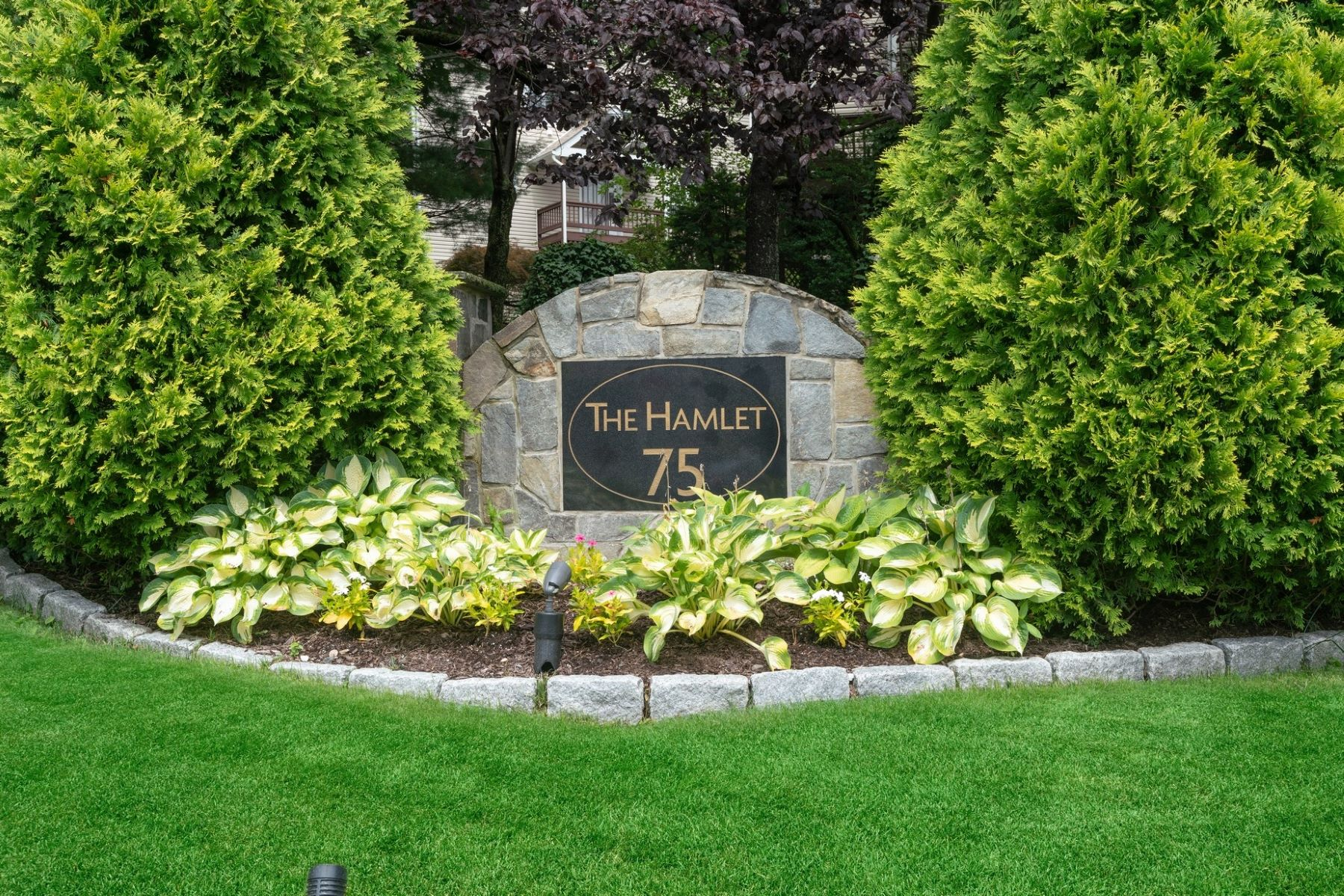 Condominiums 為 出售 在 Bright and Sunny Townhouse 75 W Hartsdale Avenue, 17, Hartsdale, 纽约 10530 美國
