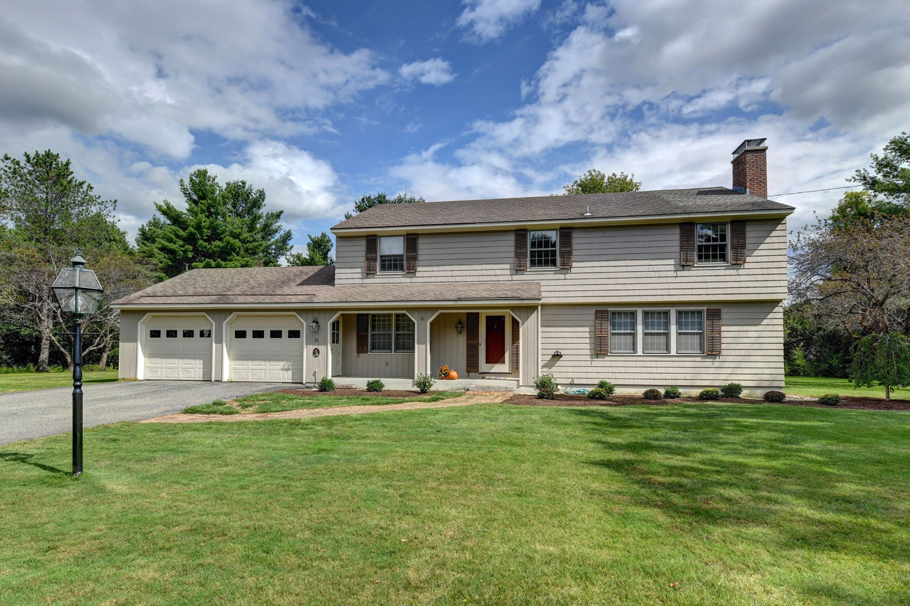 Single Family Homes pour l Vente à Classic Forever Home in Prime Southeast Pittsfield Location! 51 Stonehenge Rd Pittsfield, Massachusetts 01201 États-Unis