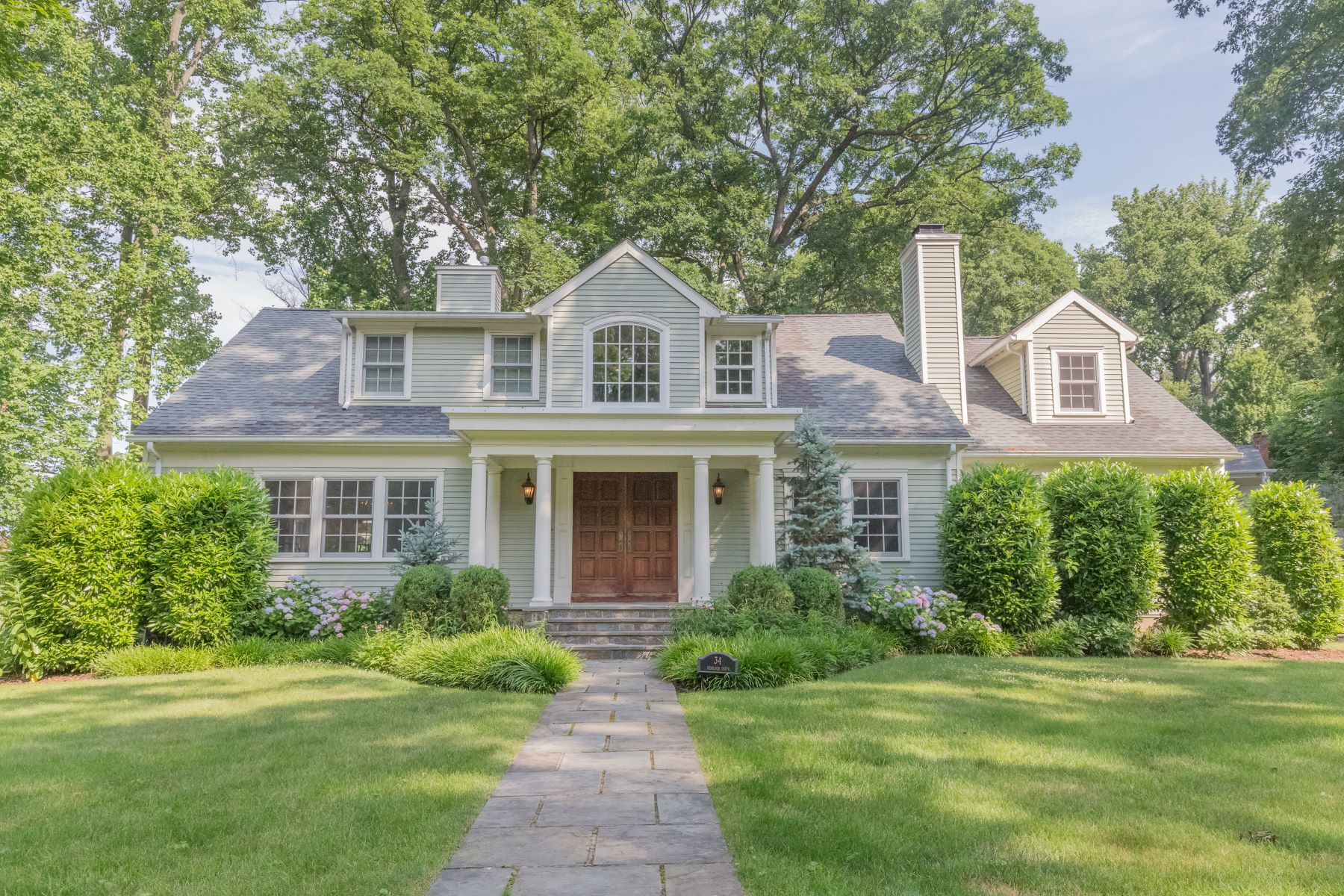 واحد منزل الأسرة للـ Sale في Beautifully Renovated Colonial 34 Hemlock Drive Sleepy Hollow, New York, 10591 United States
