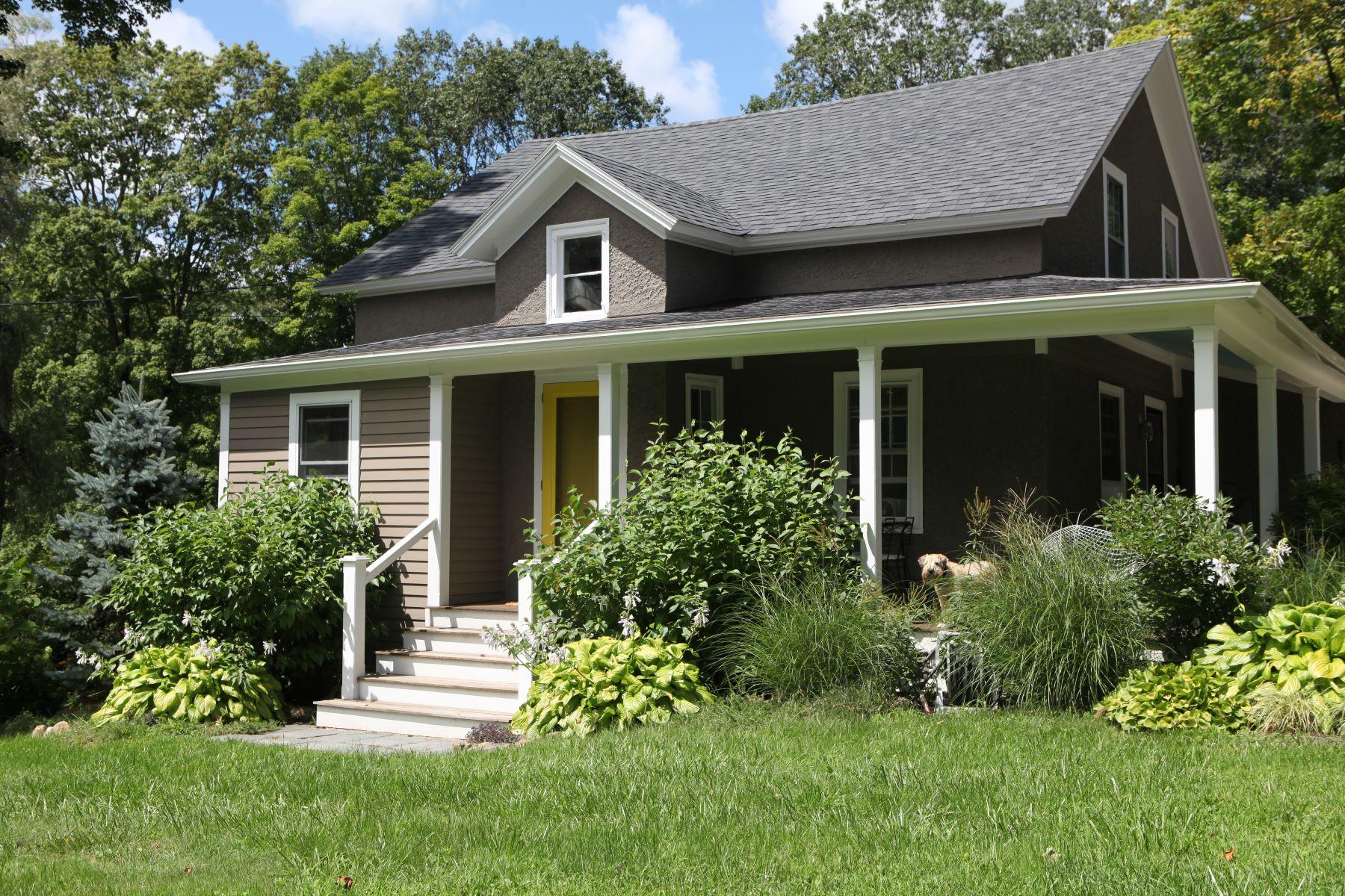 Maison unifamiliale pour l Vente à Cottage on Bantam River 21 Camp Dutton Rd Litchfield, Connecticut, 06759 États-Unis