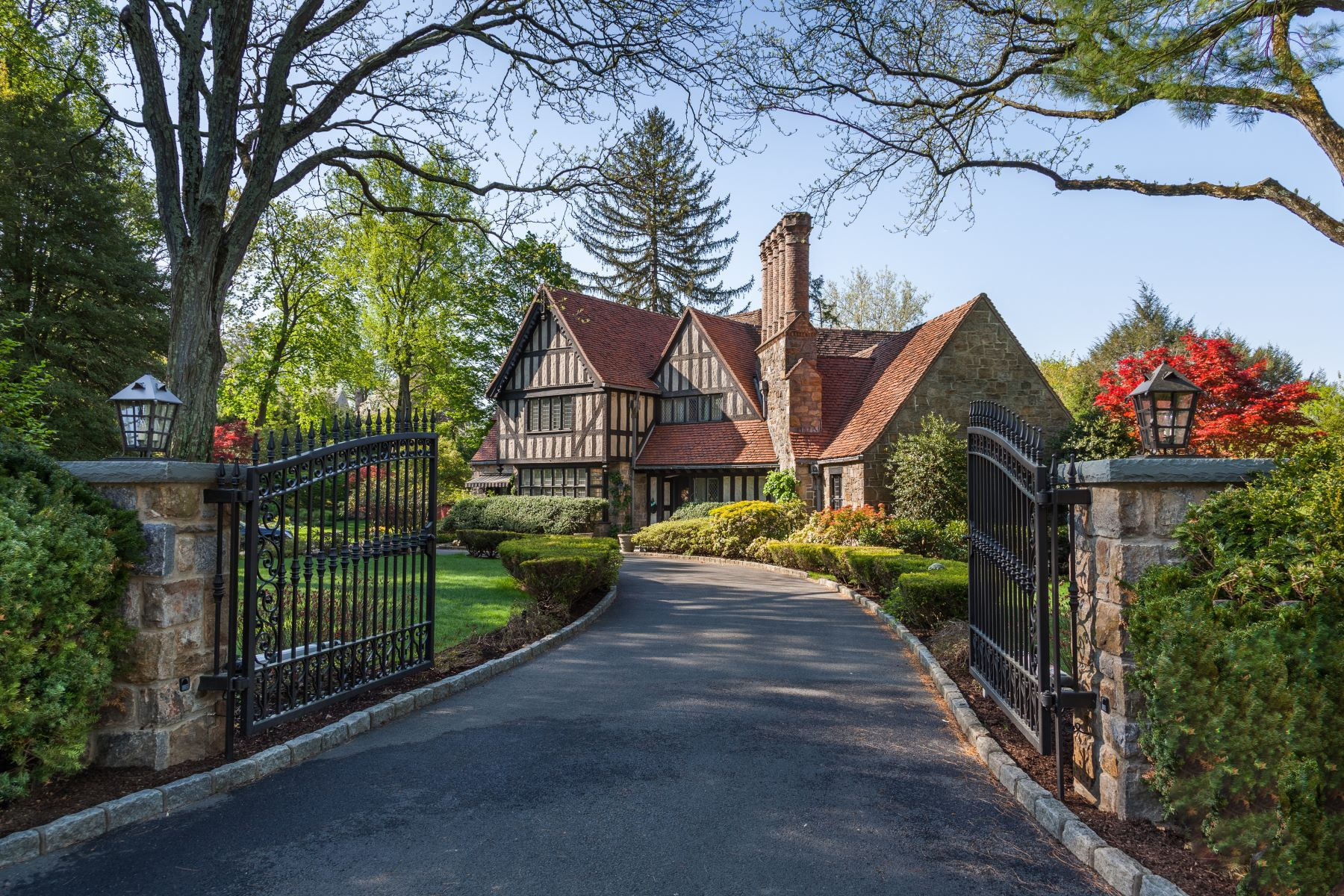 Maison unifamiliale pour l Vente à One Of Bronxville's Most Distinguished Homes 274 Pondfield Road Bronxville, New York 10708 États-Unis