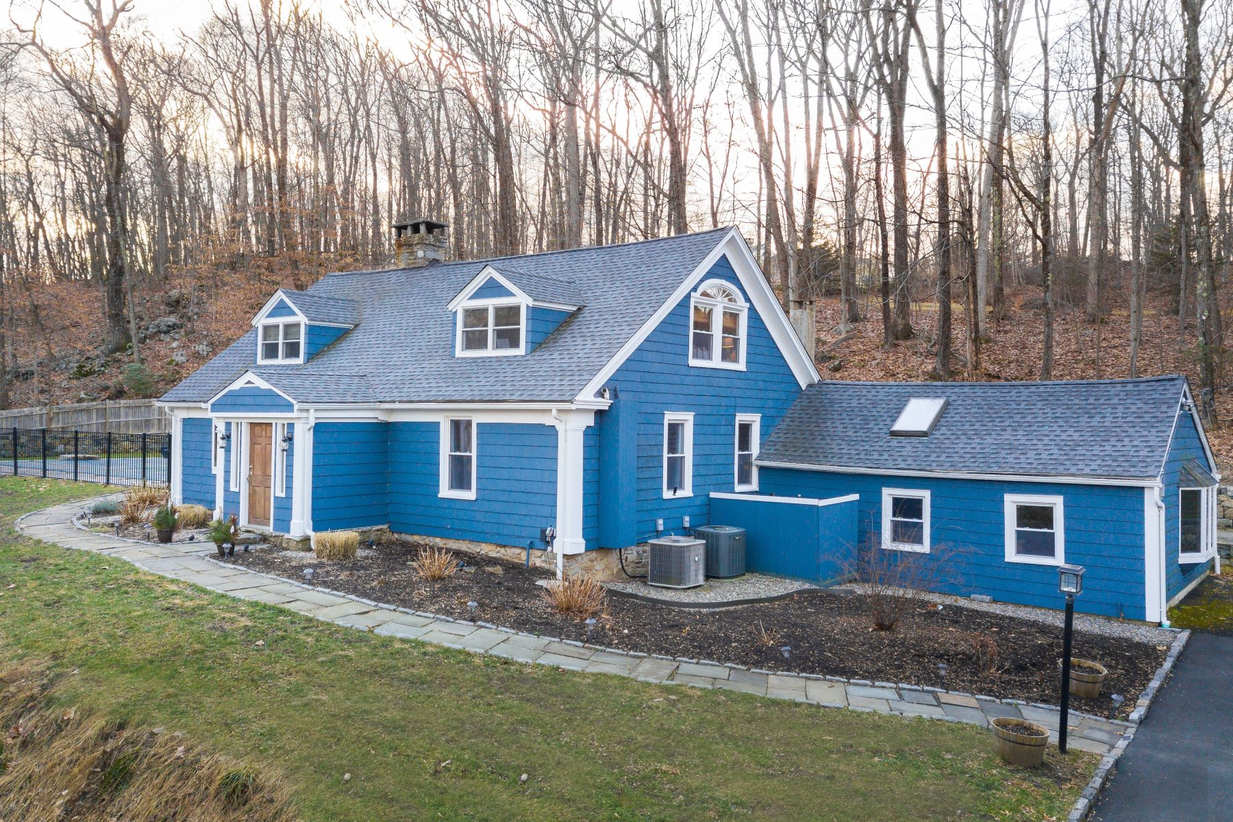Single Family Homes vì Bán tại Stunningly Update New England Cape 138 Putnam Park Road, Bethel, Connecticut 06801 Hoa Kỳ