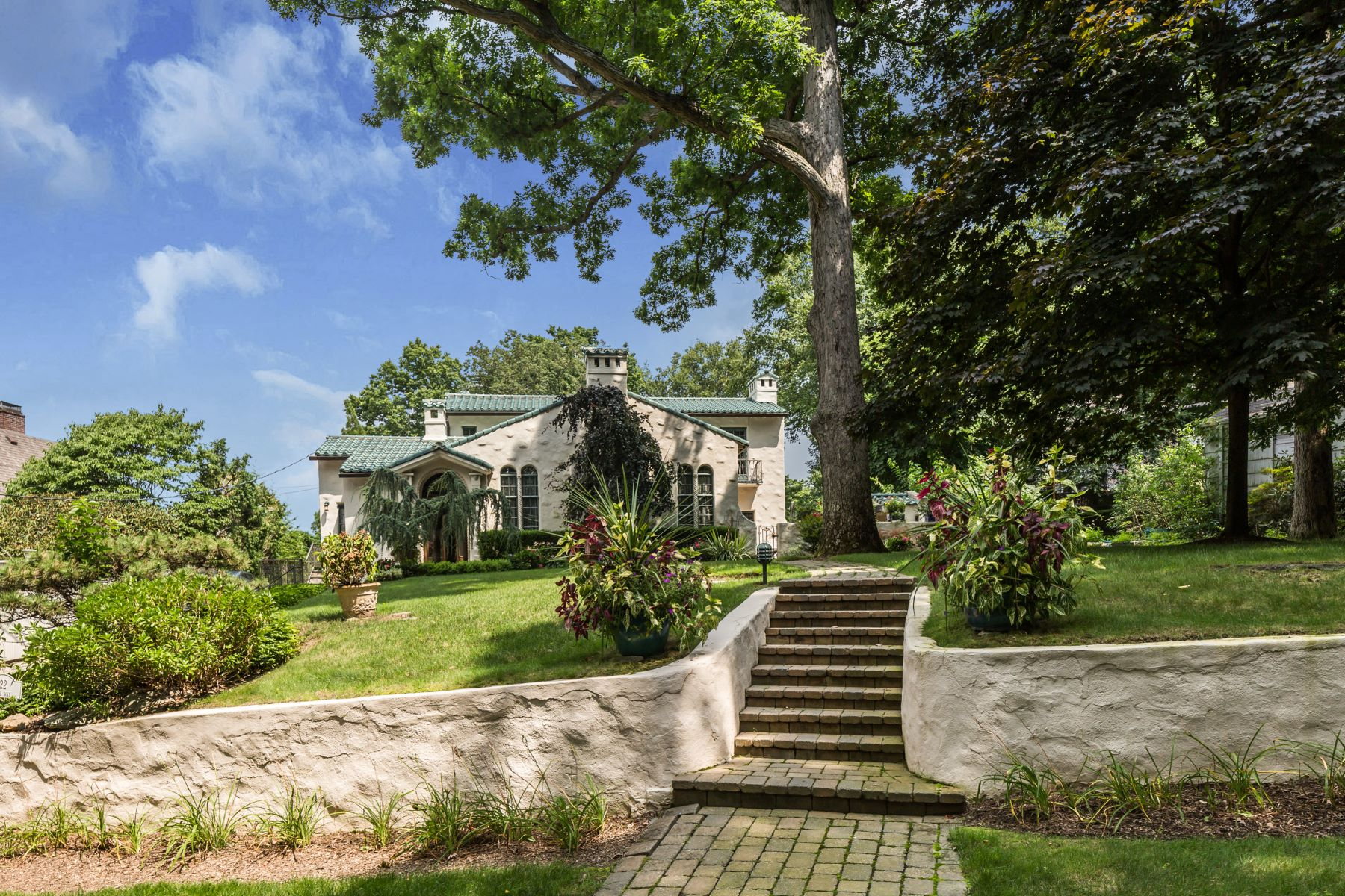 Частный односемейный дом для того Продажа на Spectacular Mediterranean 22 Club Way Hartsdale, Нью-Йорк 10530 Соединенные Штаты