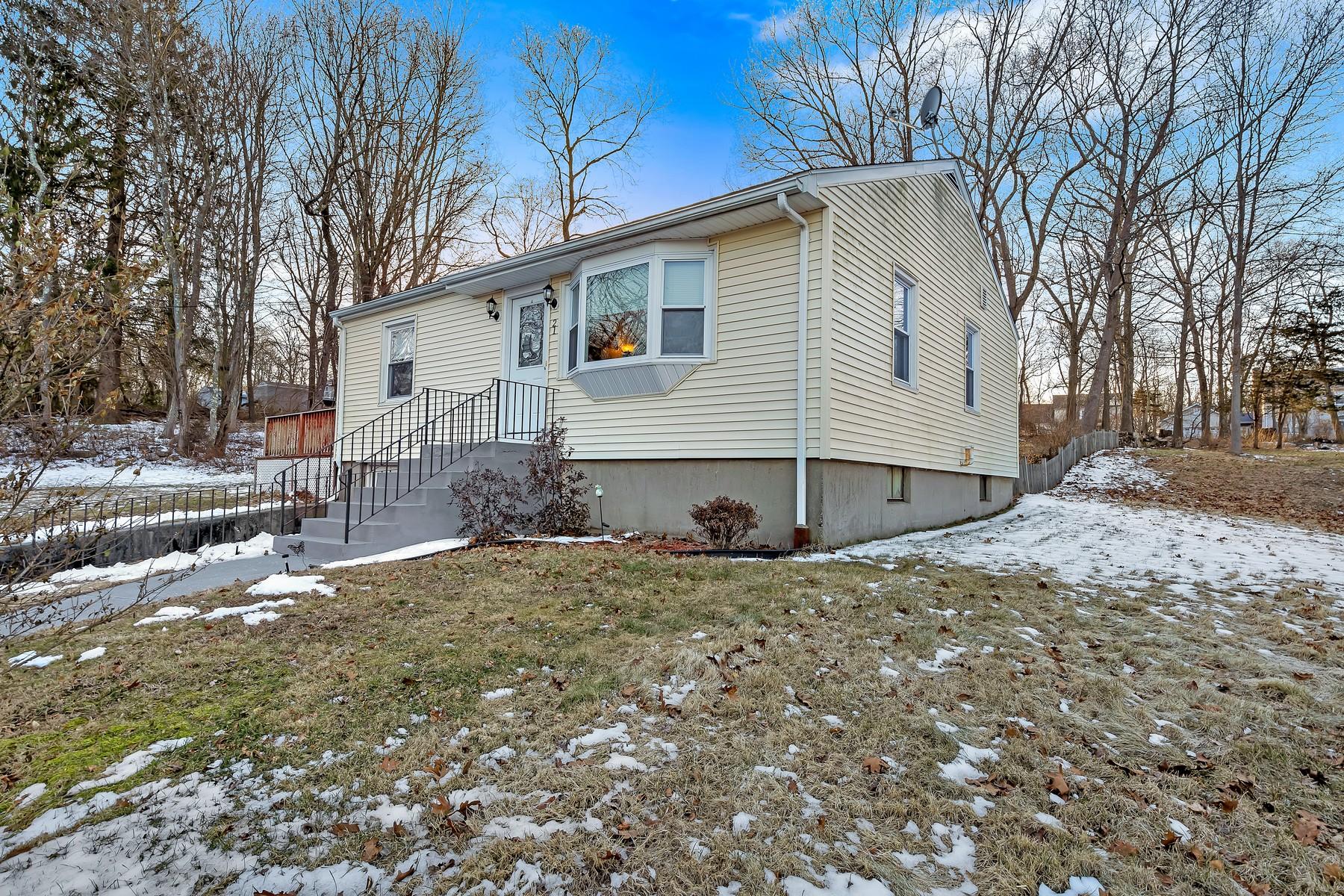 Eensgezinswoning voor Verkoop op Charming & Charming 21 South Bartlett Road, Waterford, Connecticut 06375 Verenigde Staten