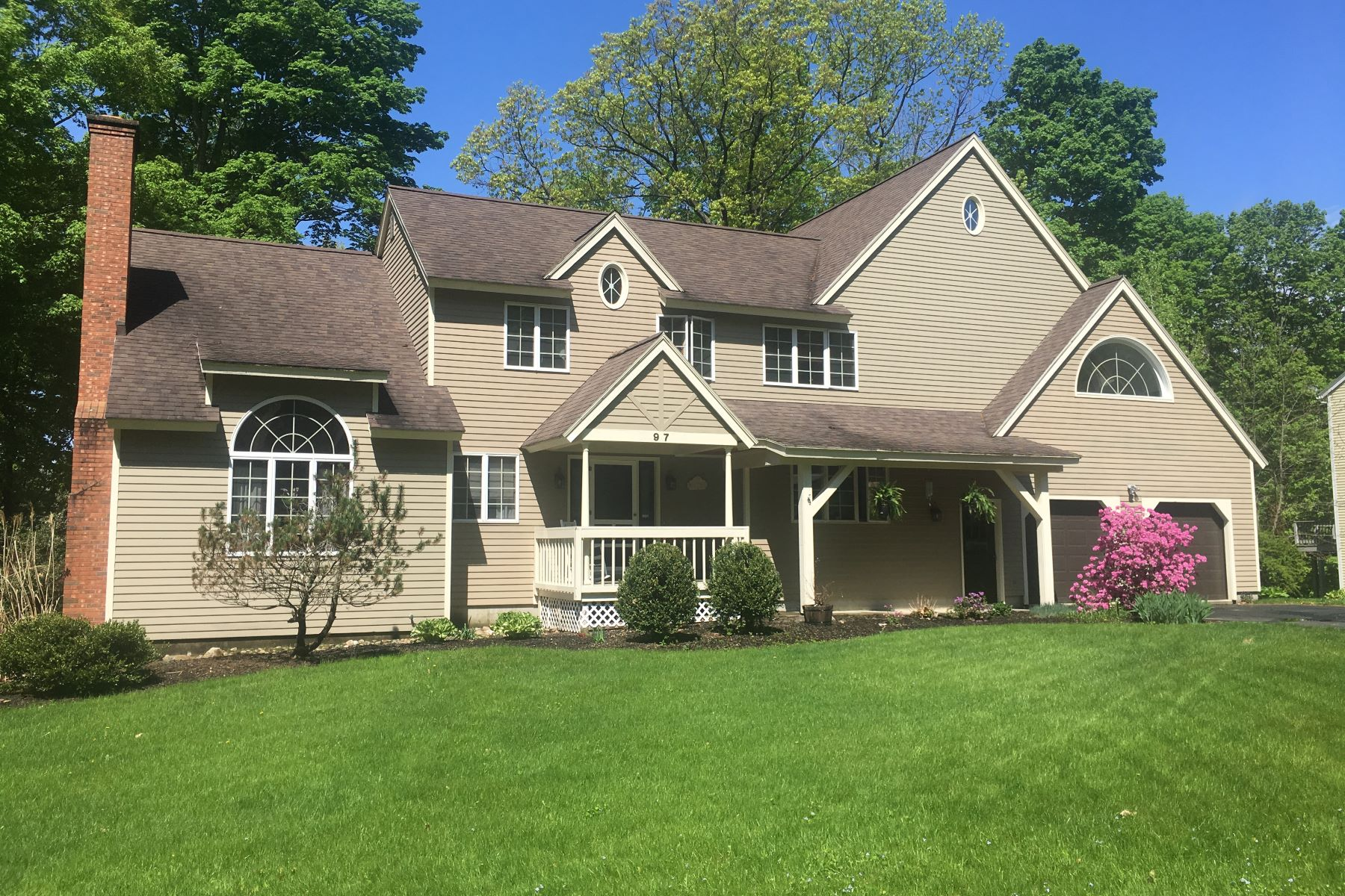 Single Family Homes por un Venta en One of Kind - Architect Designed & Built Home in Desirable Dalton Neighborhood 97 Elmore Dr Dalton, Massachusetts 01226 Estados Unidos