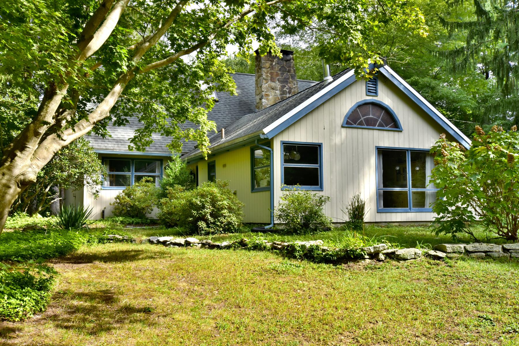 Maison unifamiliale pour l Vente à Charm and Peaceful Tranquility in this 1940's Cape 423 Roast Meat Hill Rd Killingworth, Connecticut, 06419 États-Unis