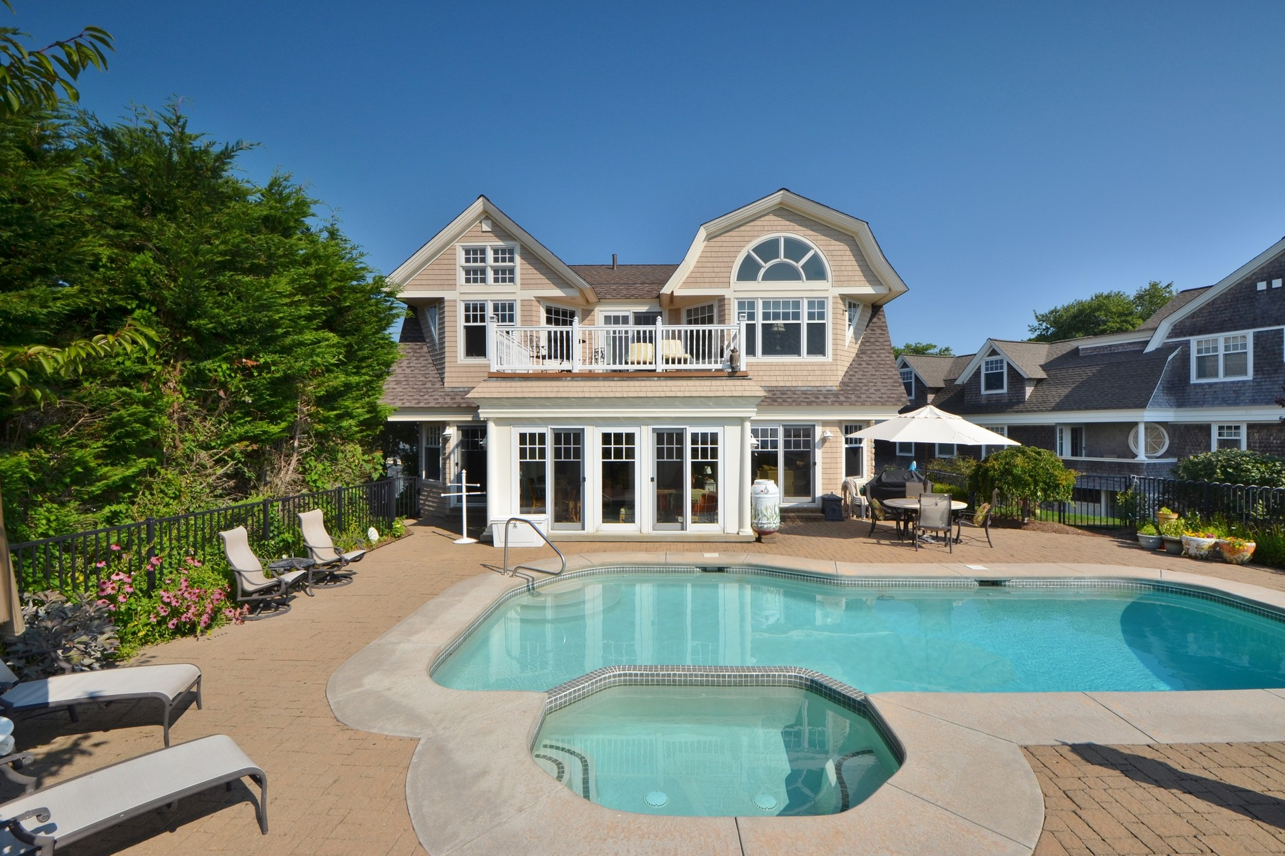 Maison unifamiliale pour l Vente à Direct Waterfront Home Overlooks Long Island Sound 10 Billow Rd Old Saybrook, Connecticut, 06475 États-Unis
