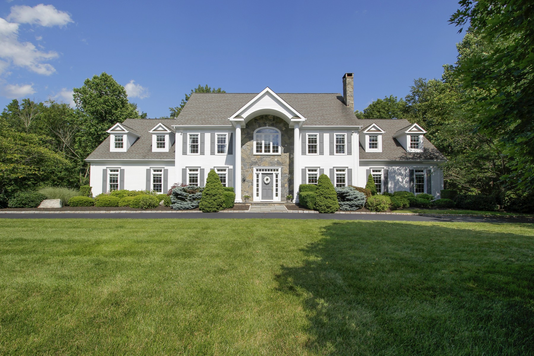 Casa Unifamiliar por un Venta en TIMELESS APPEAL 3 Robin Hood Lane Easton, Connecticut 06612 Estados Unidos