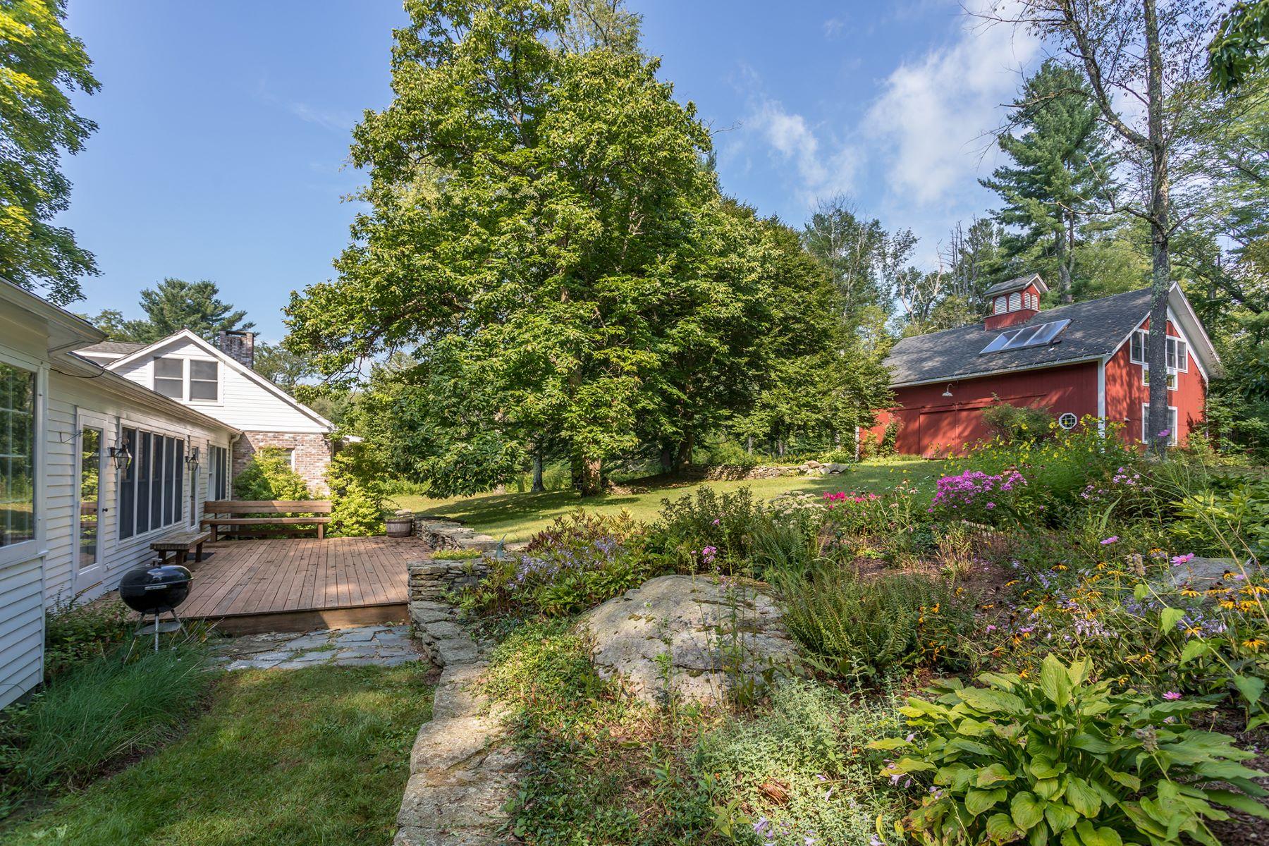 Maison unifamiliale pour l Vente à 1830 Colonial with a pond and gardens 3 Hart Hill Road, Cornouailles, Connecticut 06796 États-Unis